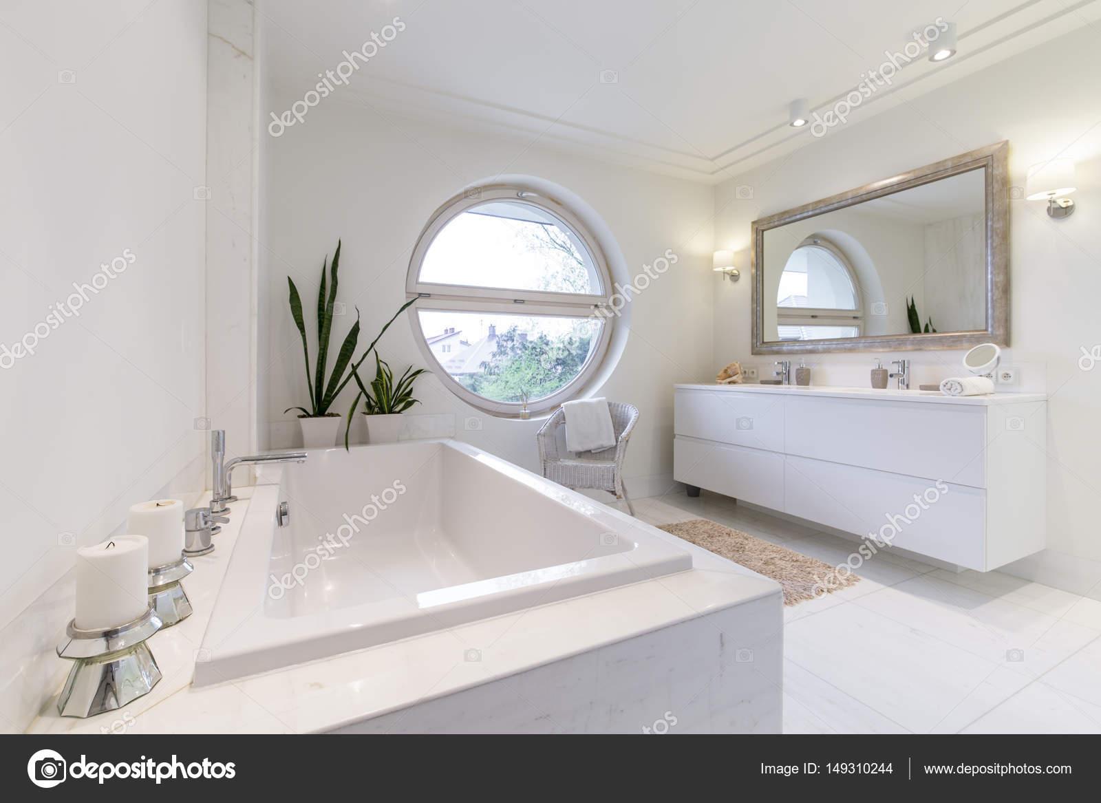 Minimalistyczne Białe łazienka Z Oknem Circulal Zdjęcie