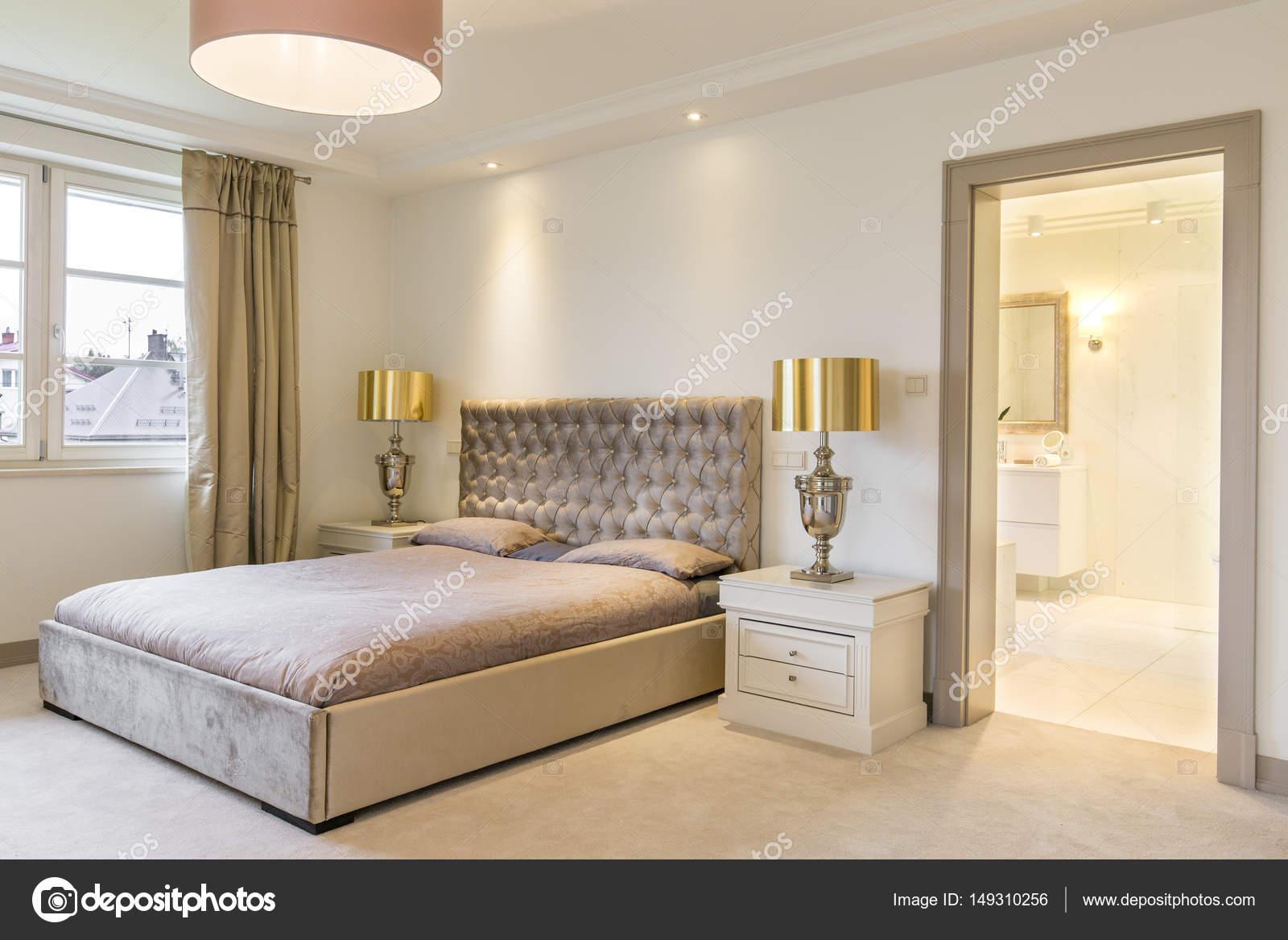 Luxe slaapkamer interieur met een groot bed — Stockfoto ...