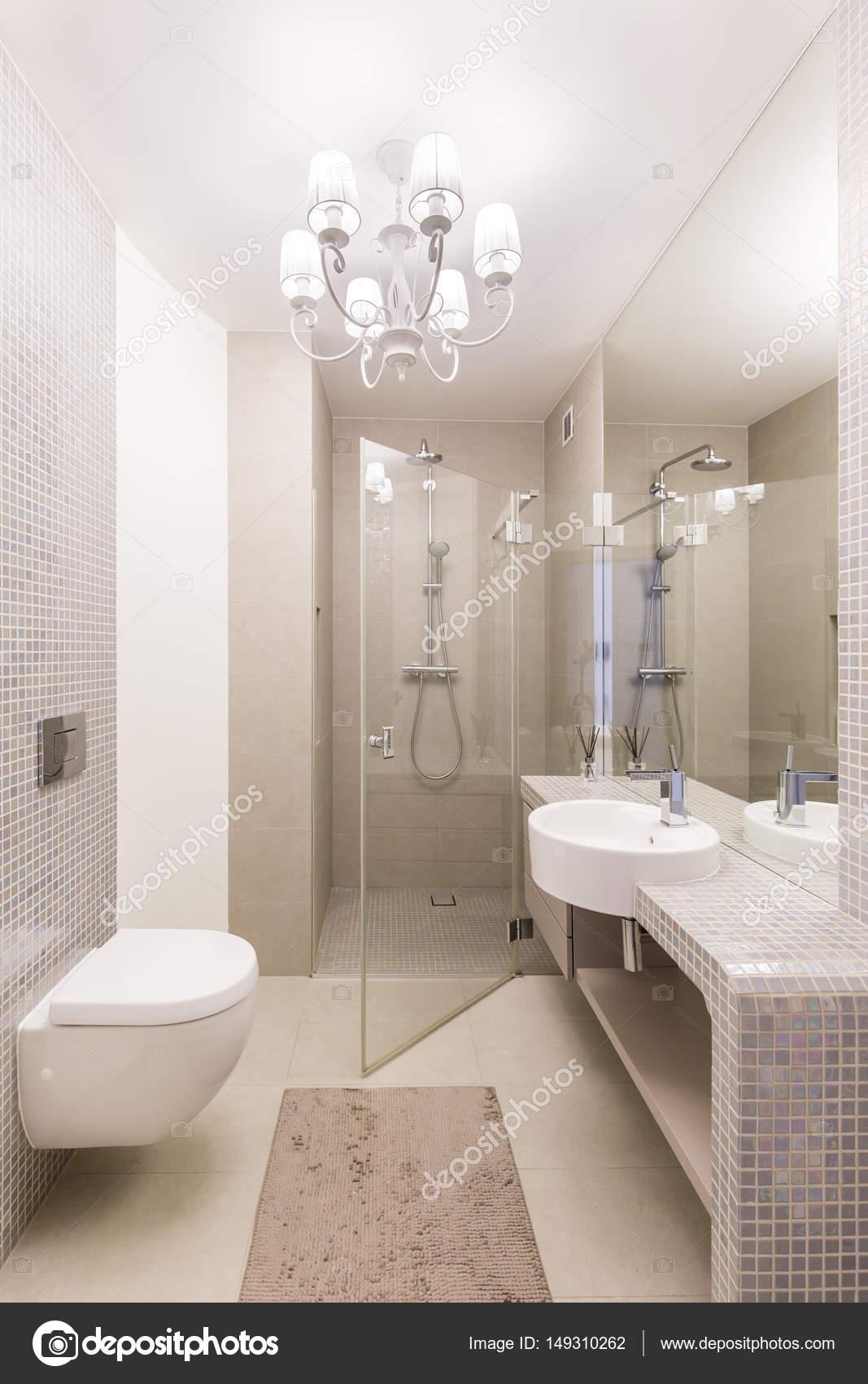 Luxuriöses Badezimmer mit einer Dusche aus Glas — Stockfoto ...