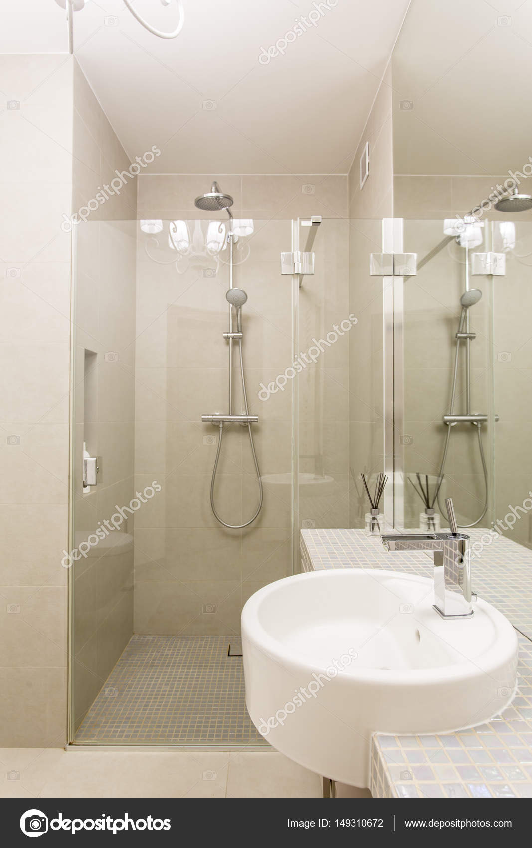 Runde Waschbecken in einem minimalistischen Badezimmer — Stockfoto ...