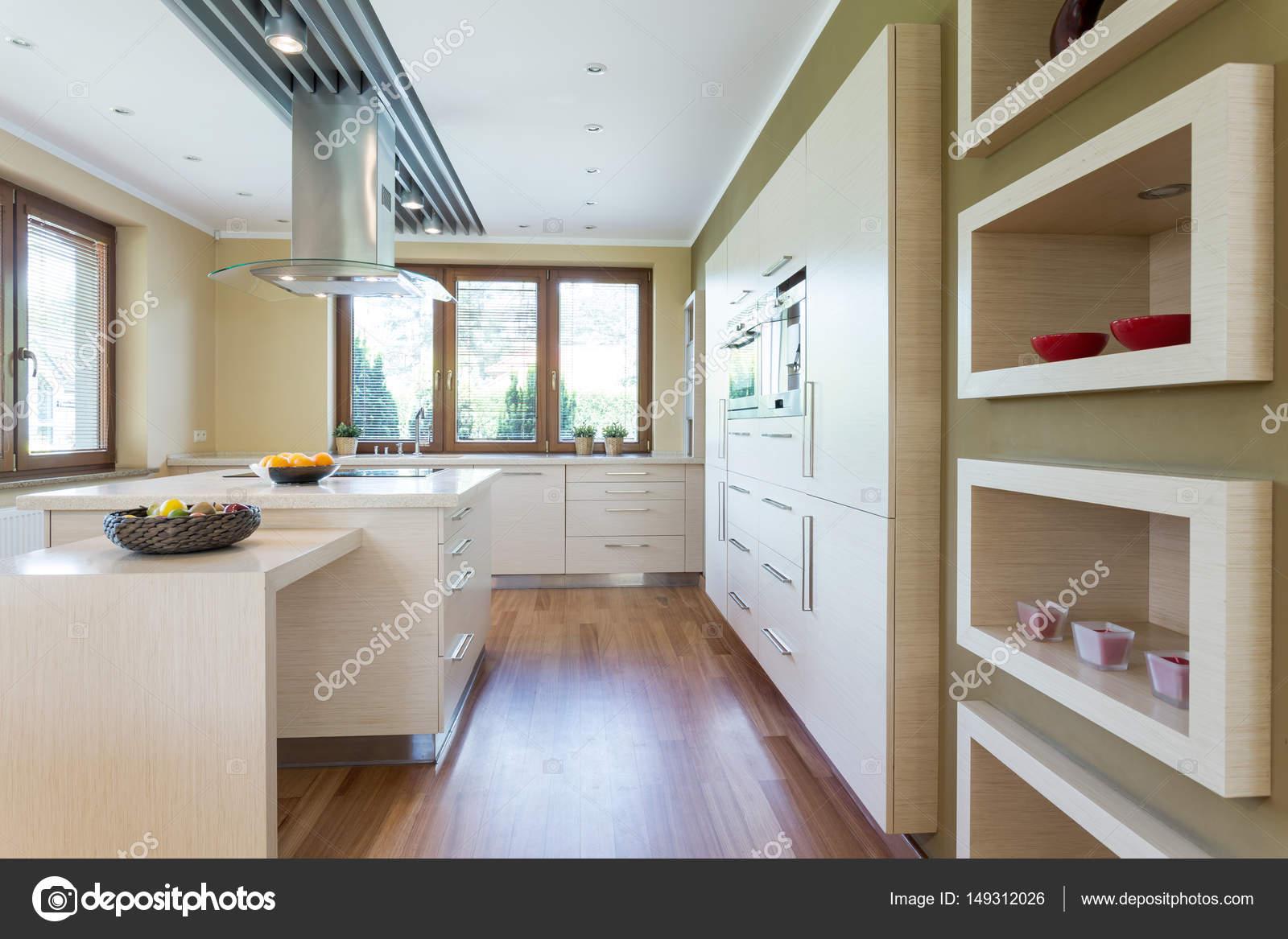 Moderne keuken met wit ingerichte kabinetten u stockfoto
