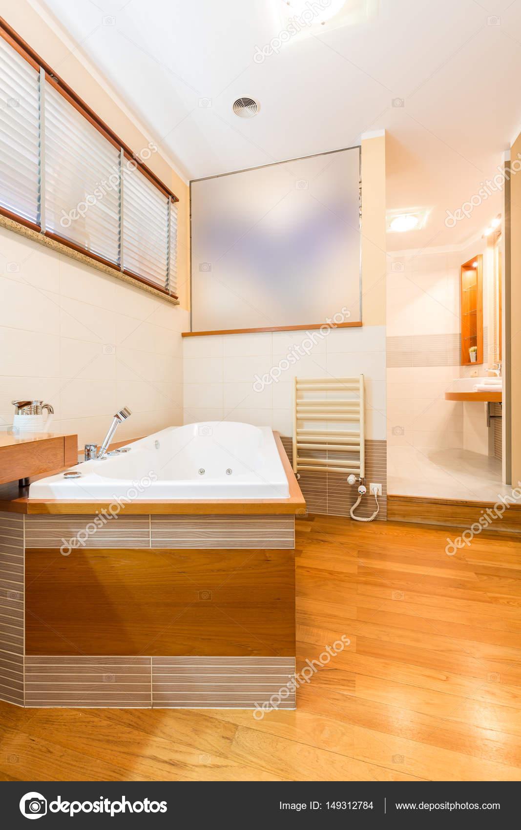 Salle de bain fonctionnelle avec une grande baignoire — Photographie ...