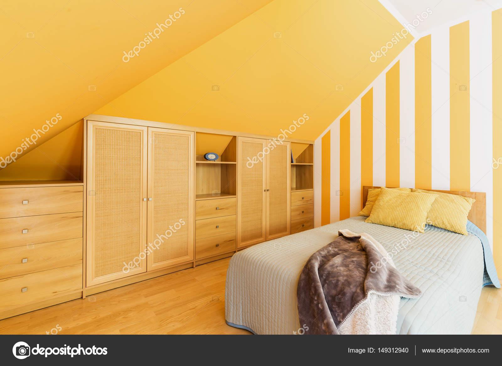 Dachgeschoss Schlafzimmer mit intensiven gelben Wänden — Stockfoto ...