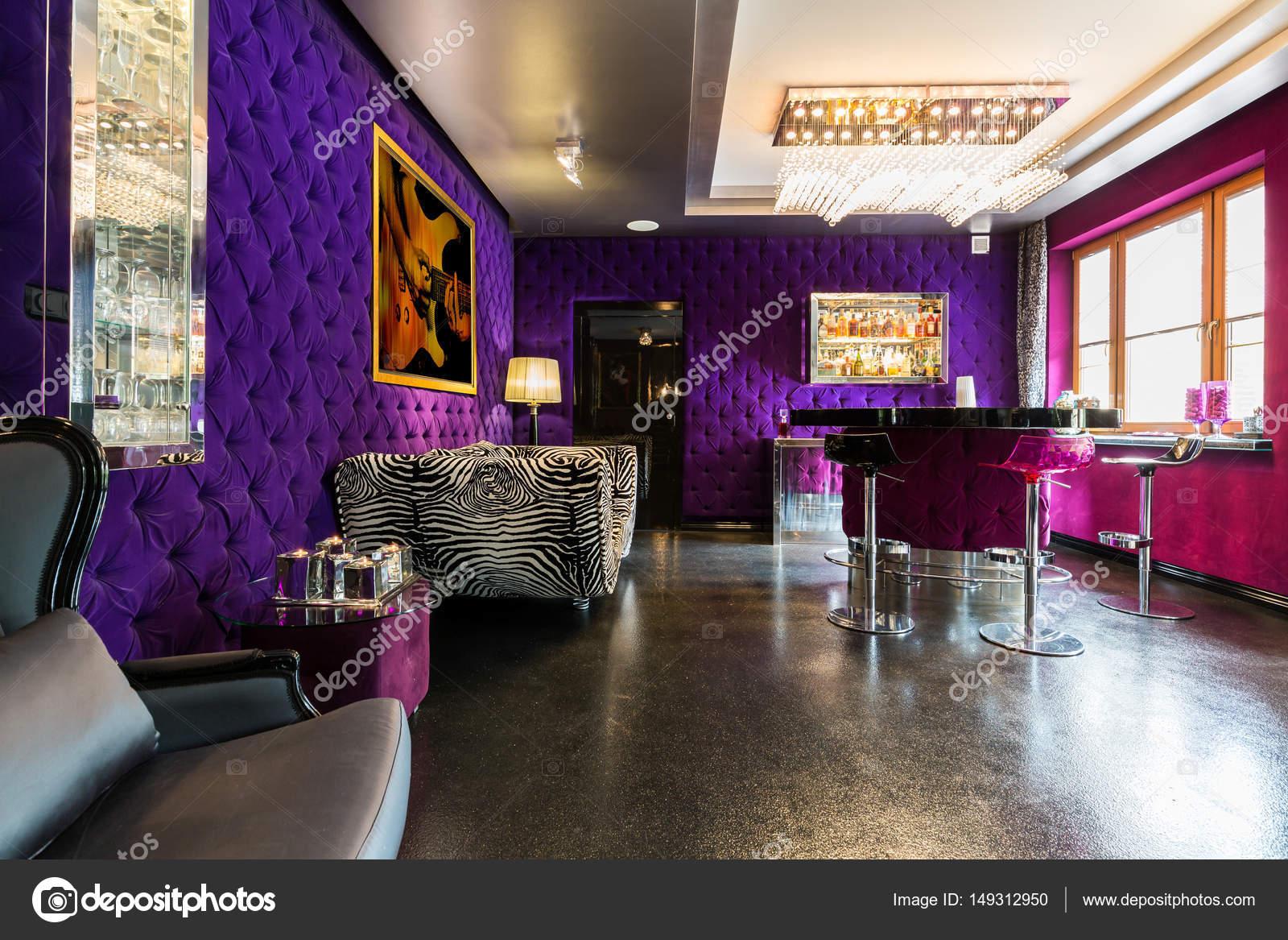 Modernes Apartment mit gepolsterten violette Wände — Stockfoto ...
