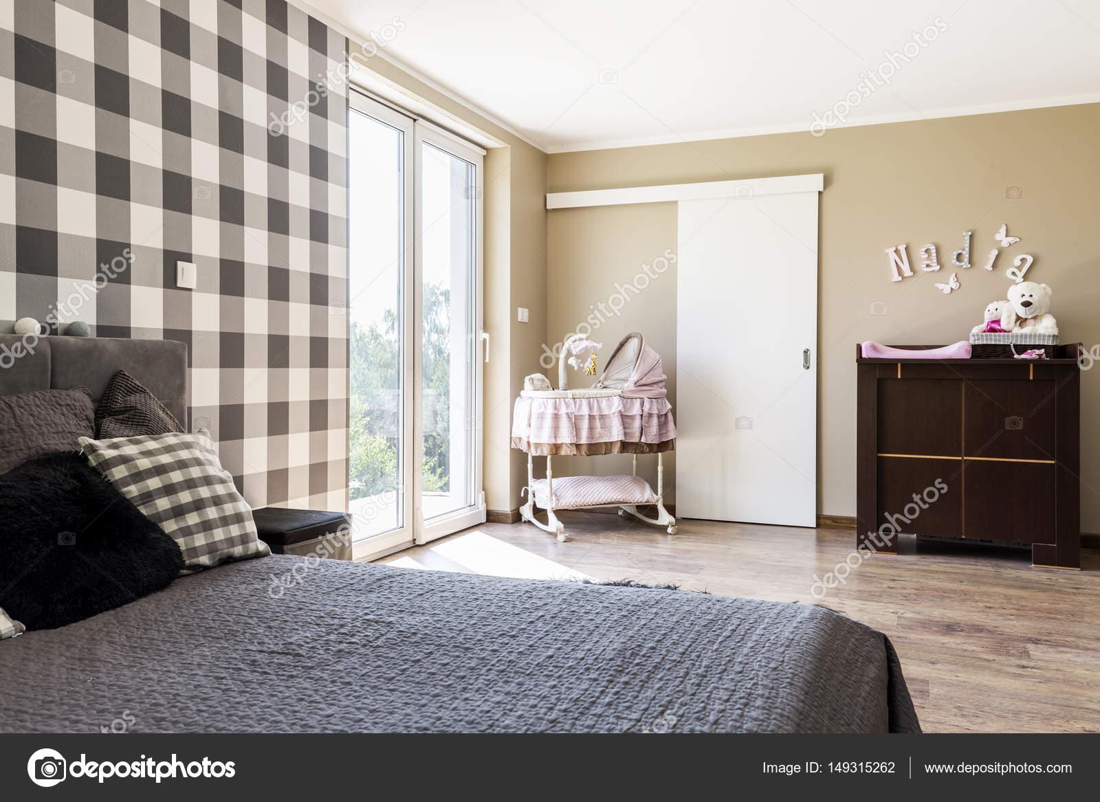 Beige slaapkamer met een pasgeboren baby\'s hoek — Stockfoto ...