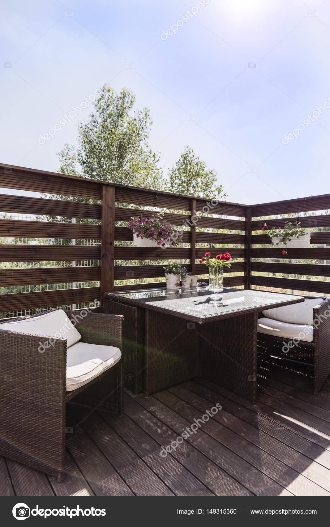 Élégant en bois balcon avec mobilier de jardin — Photographie ...