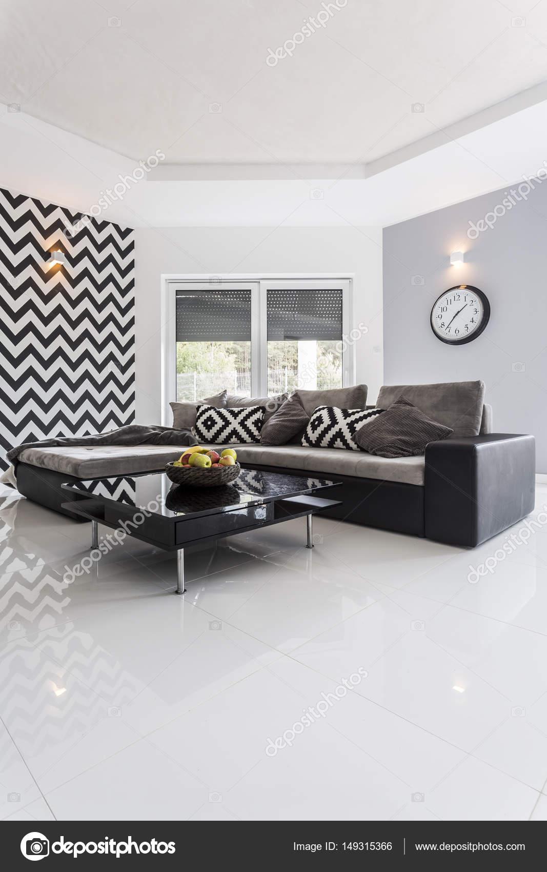 Modernes Zimmer mit Hochglanz weiß gefliesten Boden — Stockfoto ...