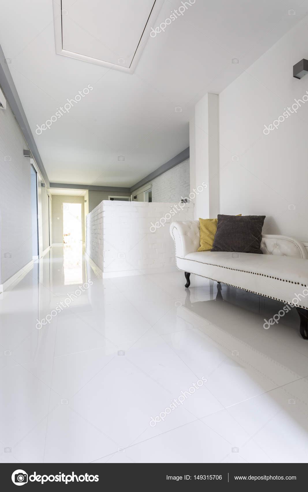 Couloir dans une luxueuse maison moderne — Photographie ...