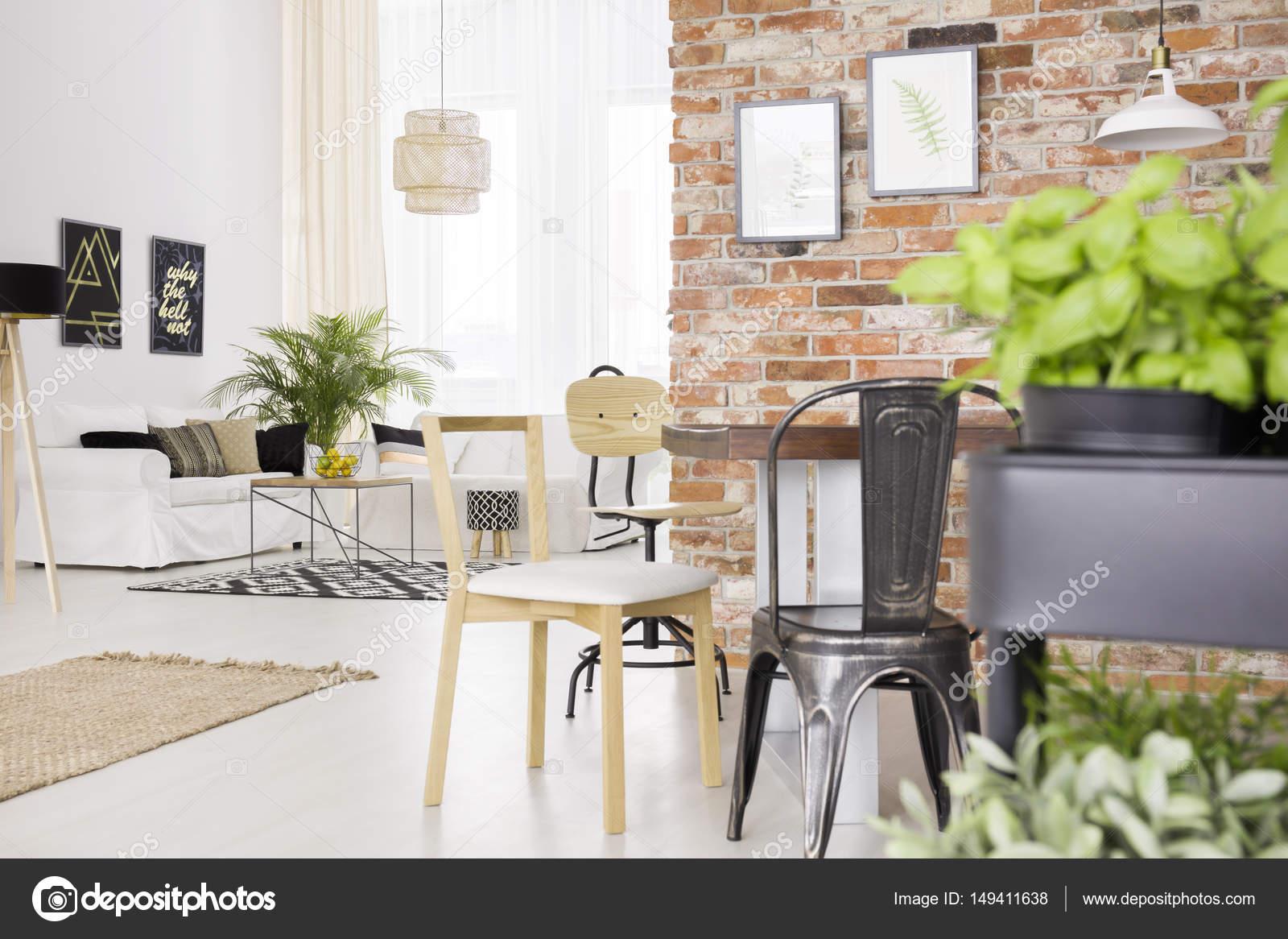 Designer Stühle Und Roten Backsteinmauer Im Modernen Speisesaal U2014 Foto Von  Photographee.eu