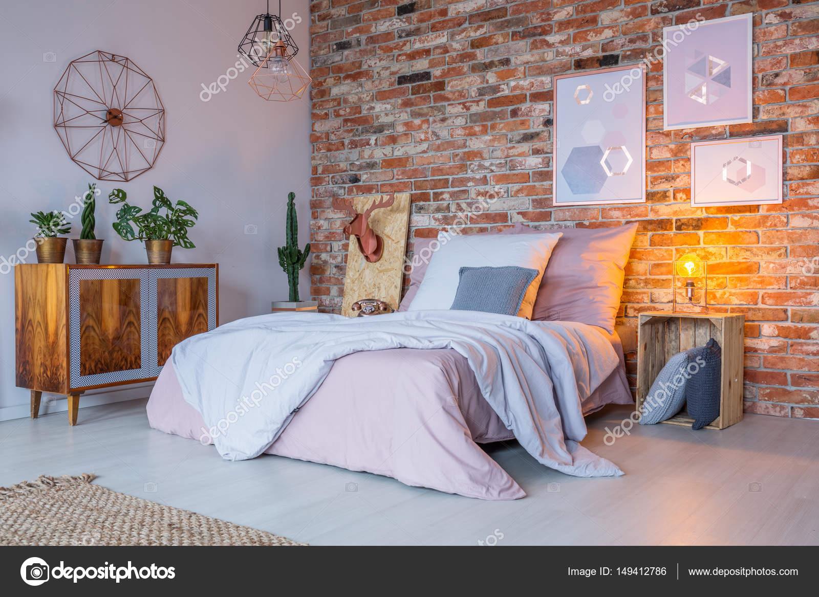 Industriële vormgeving van de slaapkamer — Stockfoto © photographee ...
