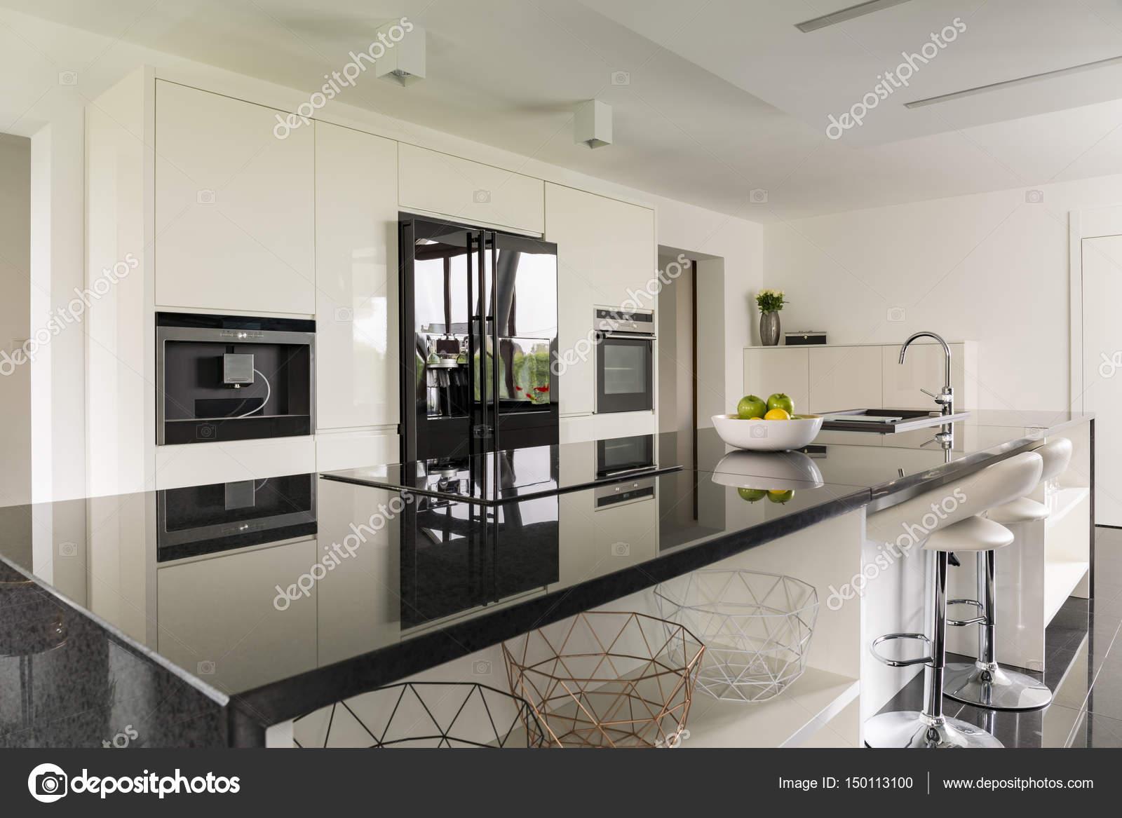 keukeneiland in luxe interieur stockfoto