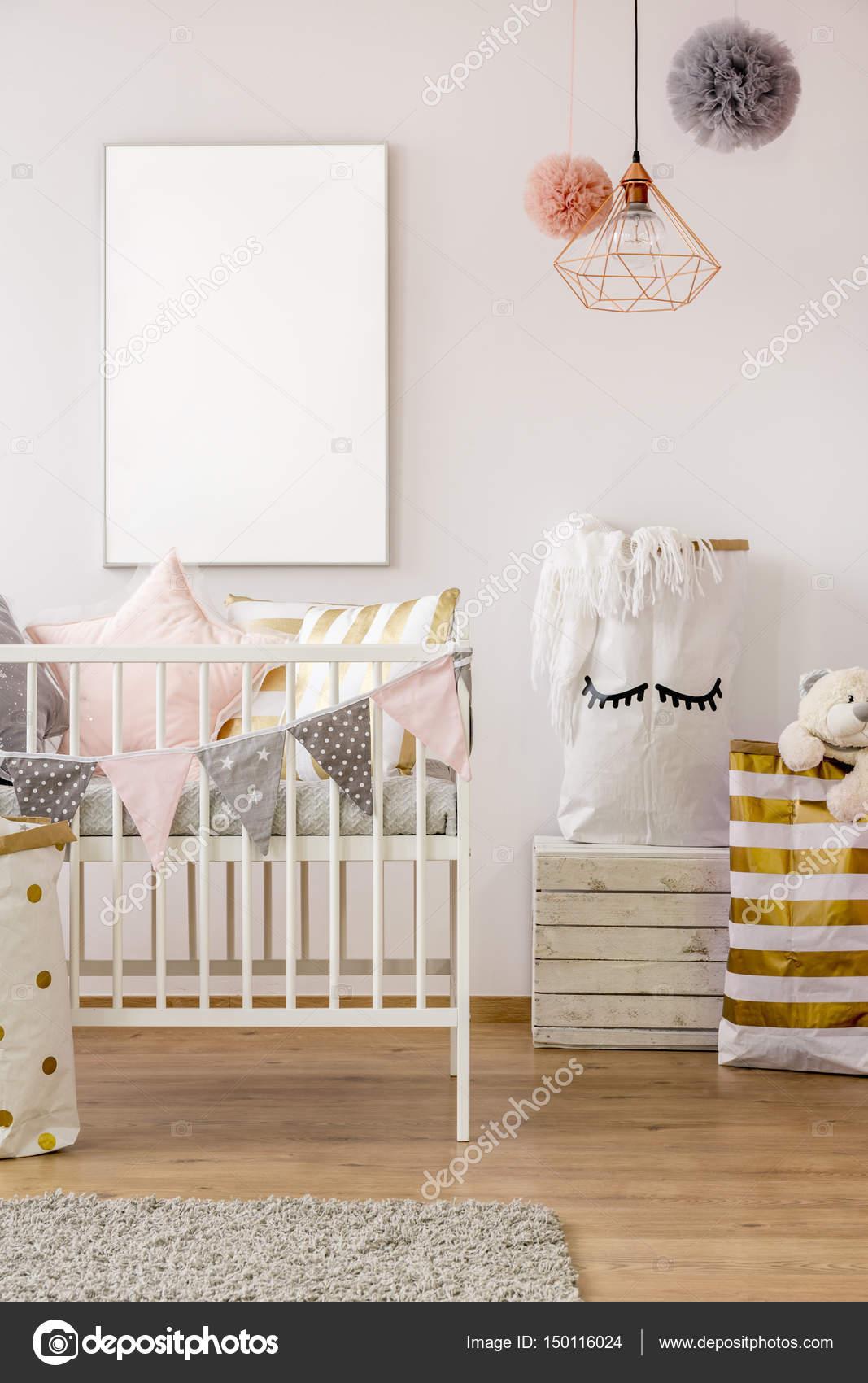 scandi peuter slaapkamer met kinderbed stockfoto