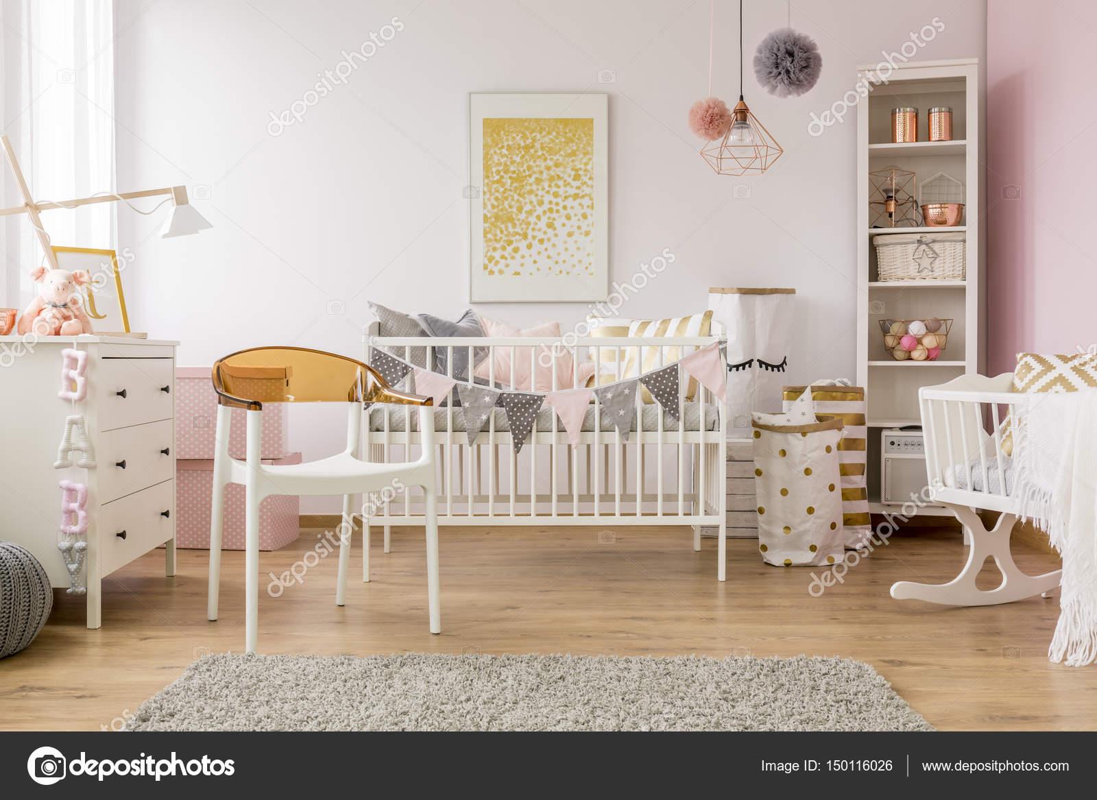 Baby slaapkamer met witte stoel — Stockfoto © photographee.eu #150116026