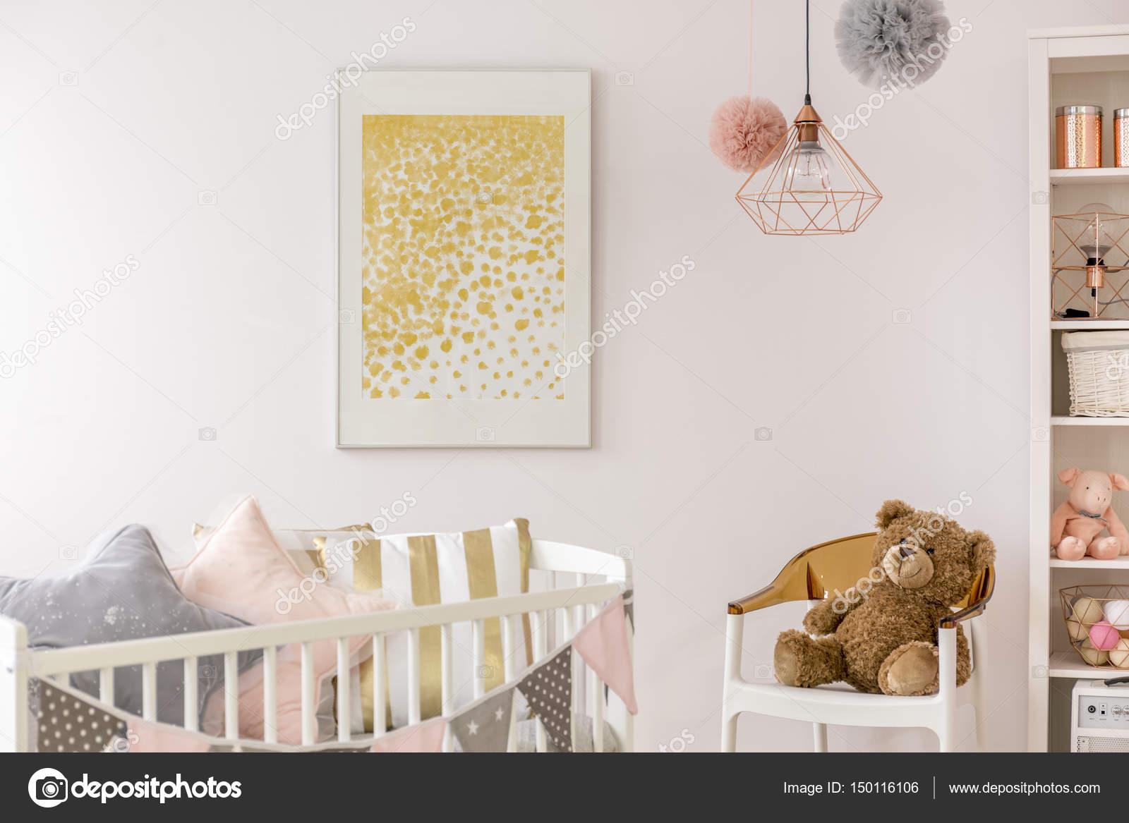 Camera da letto del bambino con culla bianca u foto stock