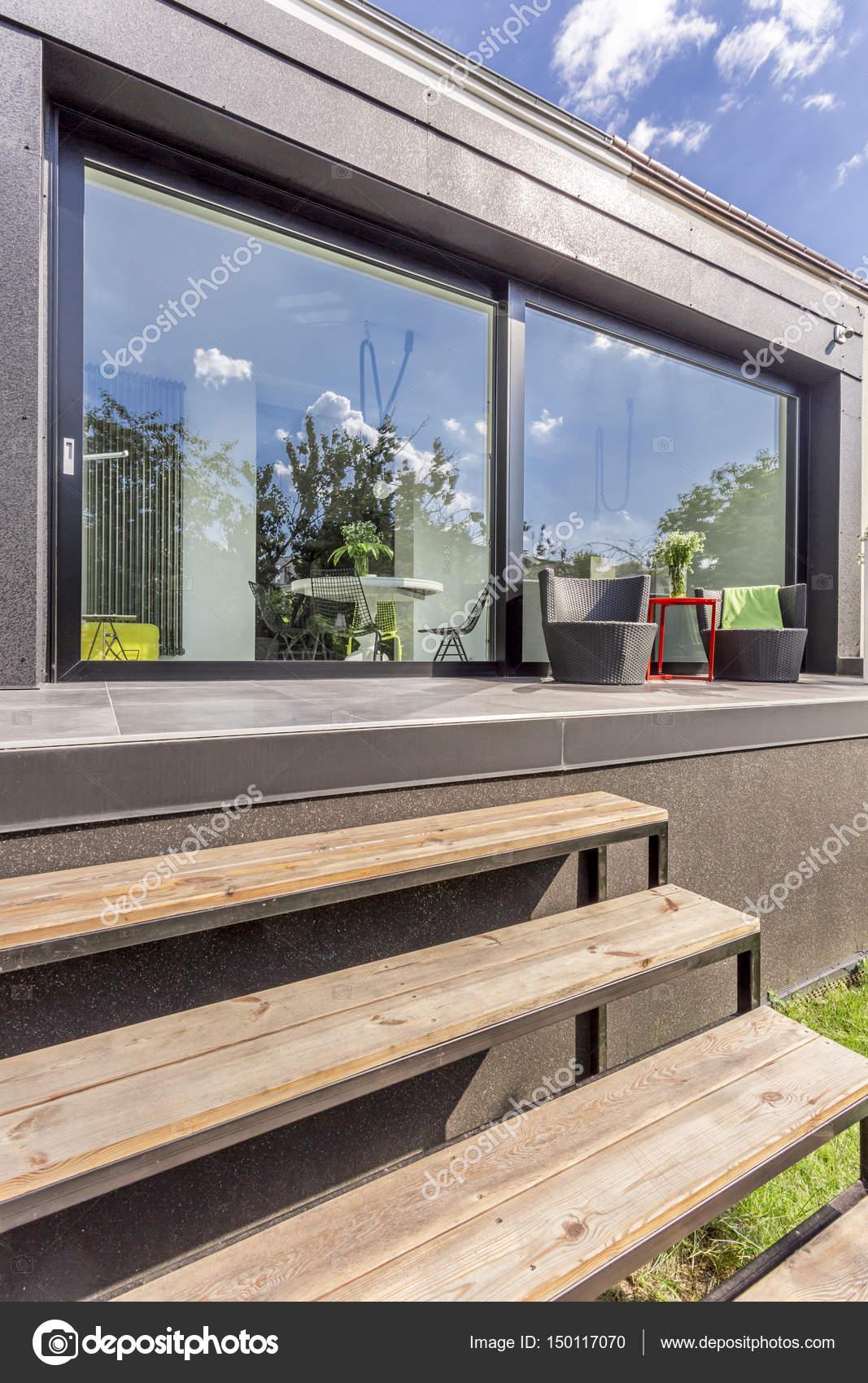 Maison moderne avec grandes baies vitrées et terrasse — Photographie ...