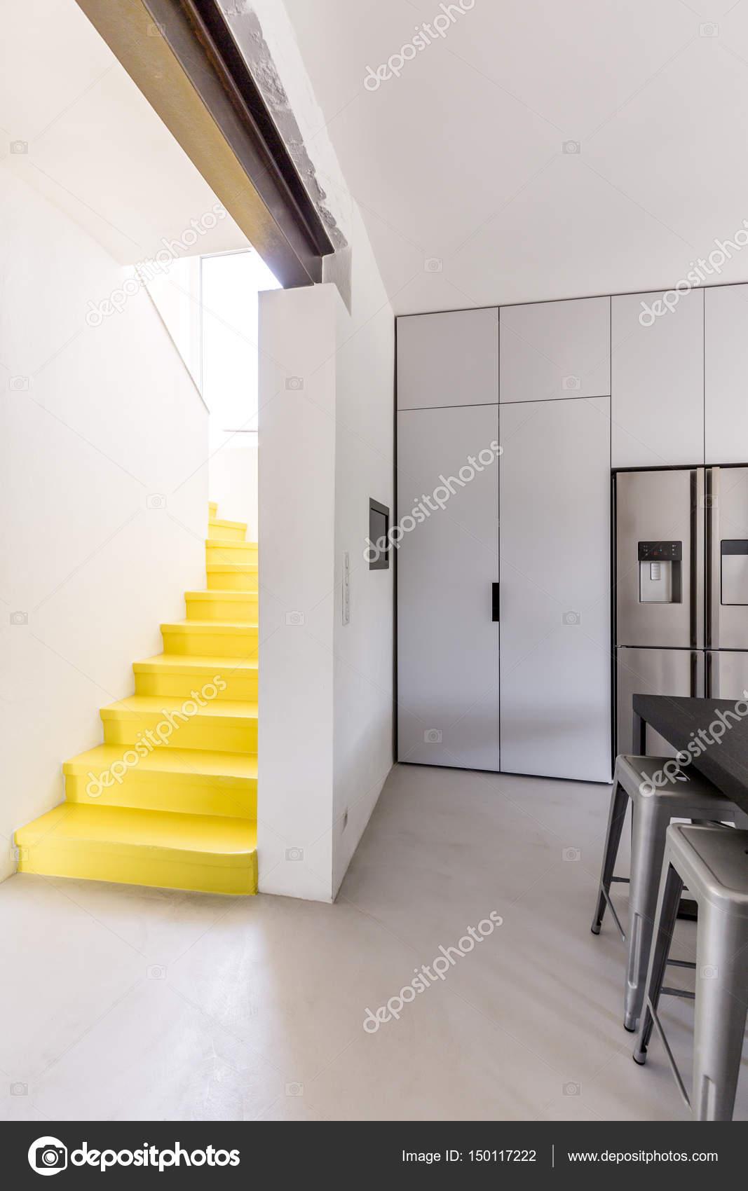 Escalier moderne en jaune — Photographie photographee.eu ...