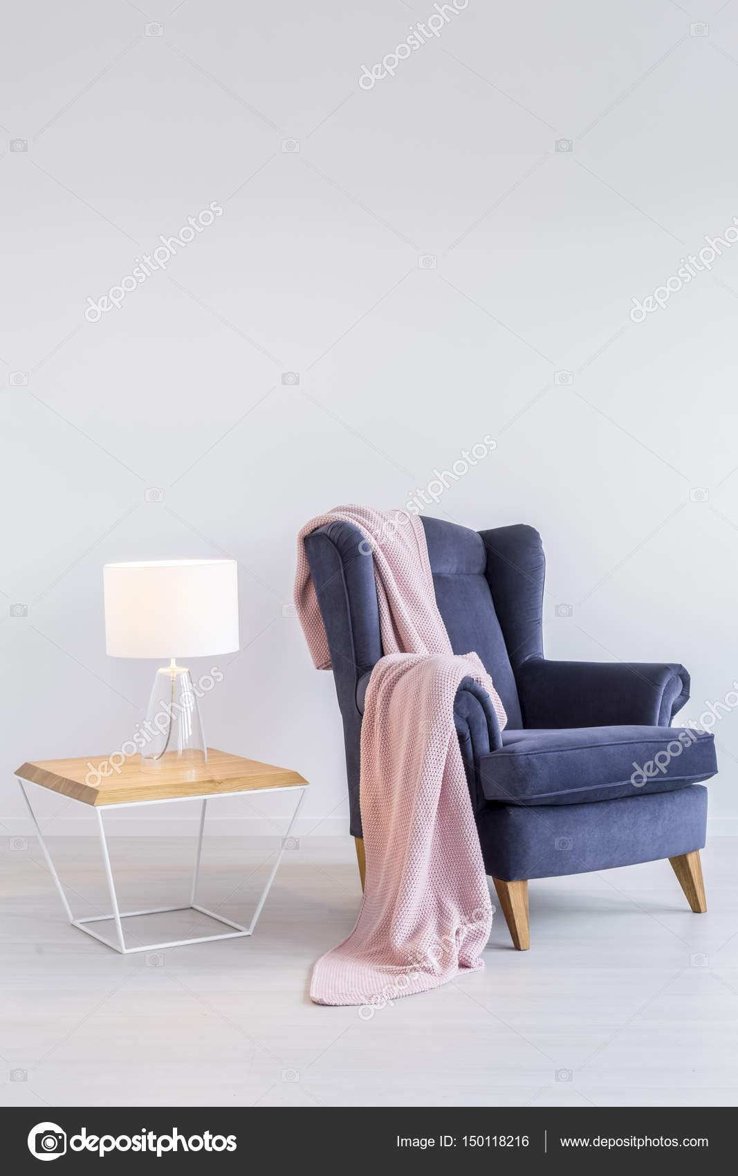 Rosa Decke auf Sessel — Stockfoto © photographee.eu #150118216
