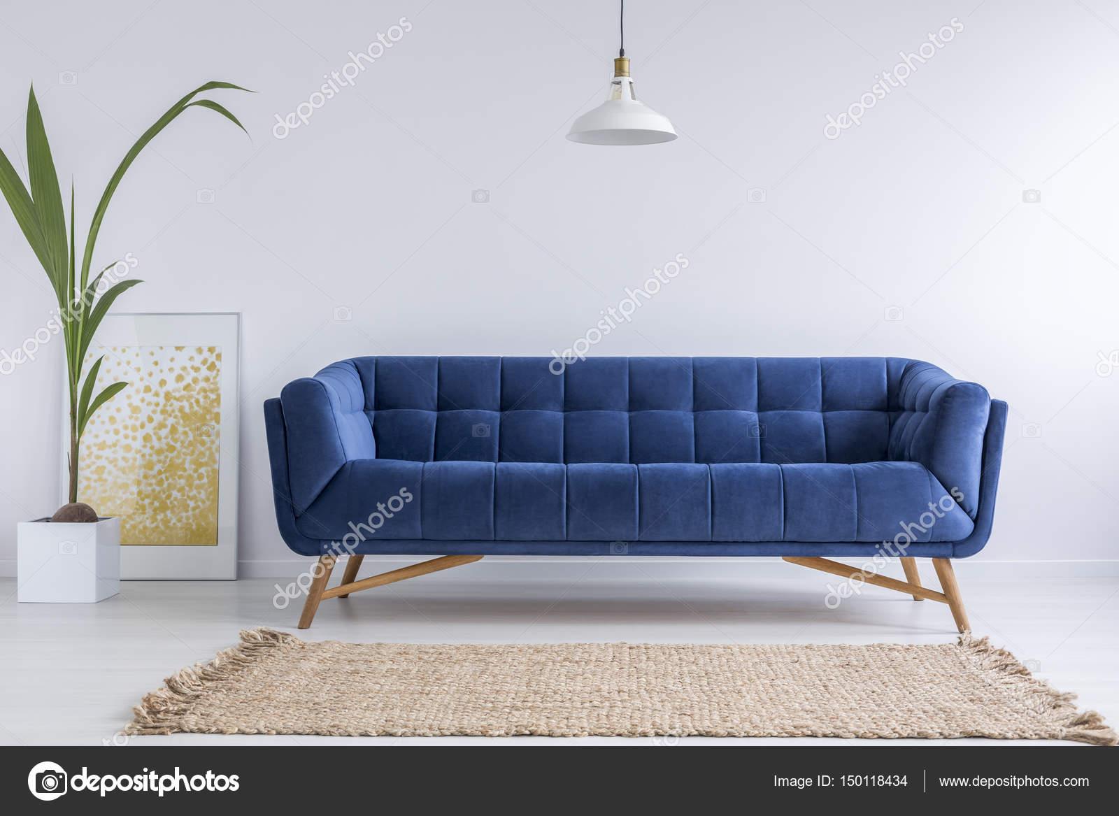 Blaues Sofa und Wicker Teppich — Stockfoto © photographee.eu #150118434