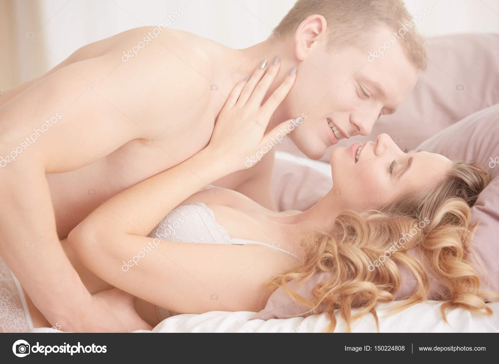 Coppia fare sesso in camera da letto — Foto Stock ...
