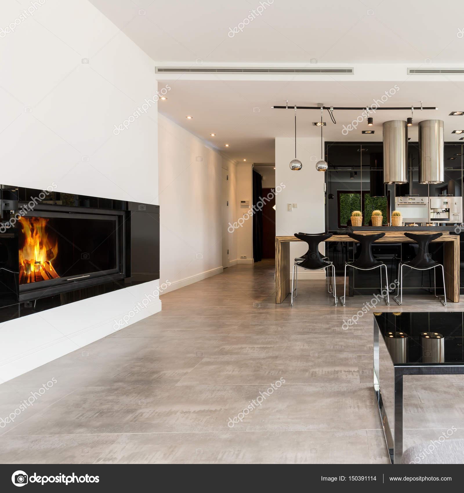 Geräumiger Innenraum mit Kamin und offener Küche — Stockfoto ...