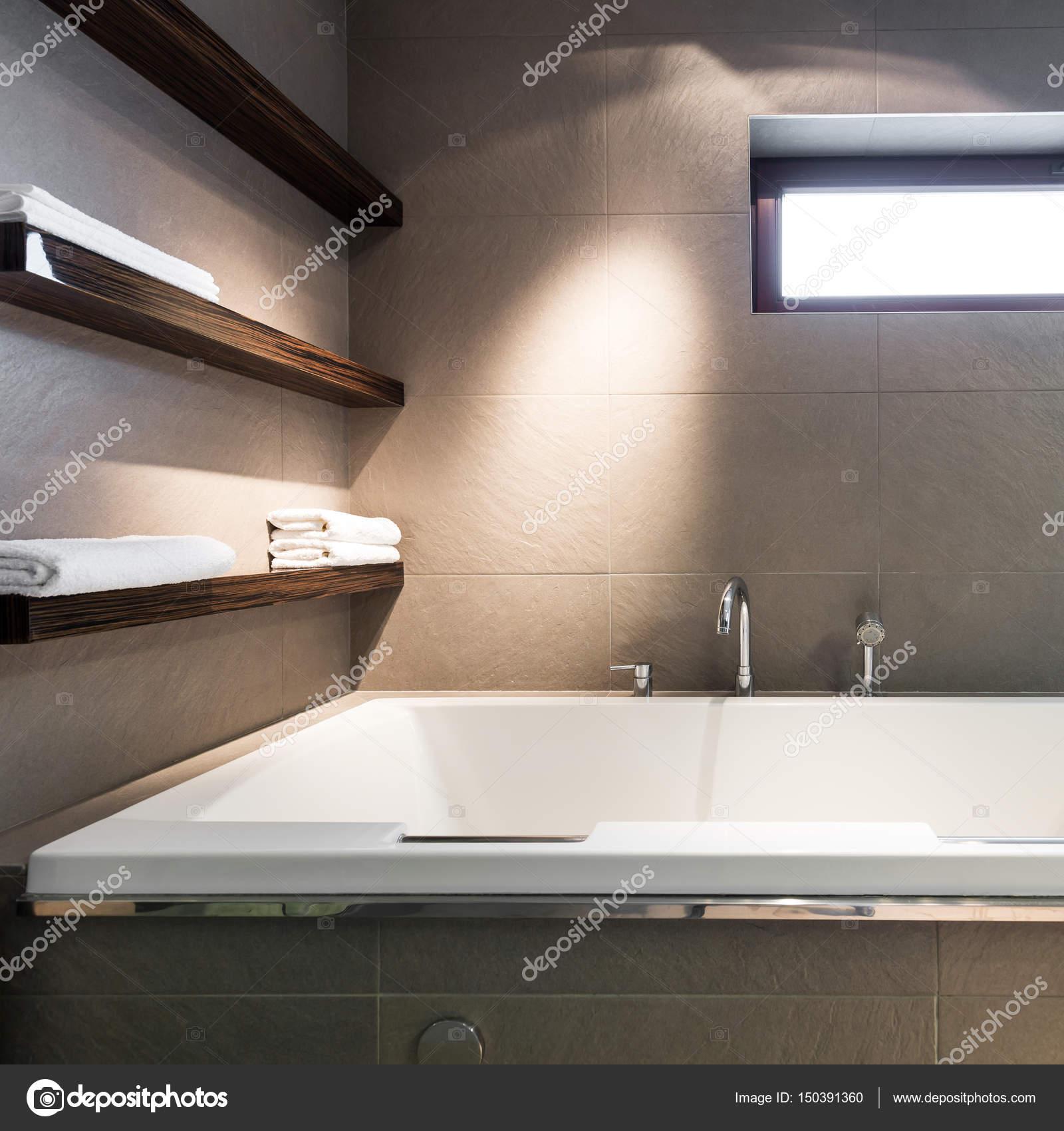 https://st3.depositphotos.com/2249091/15039/i/1600/depositphotos_150391360-stockafbeelding-moderne-minimalistische-badkamer-met-bad.jpg