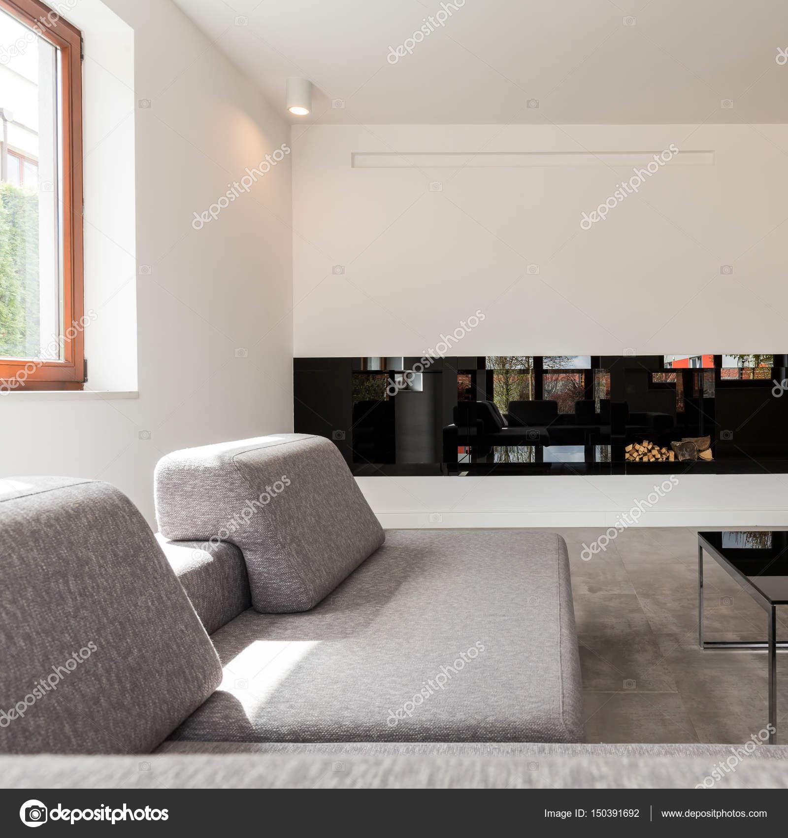 Minimalistisches Wohnzimmer Mit Kamin Stockfoto
