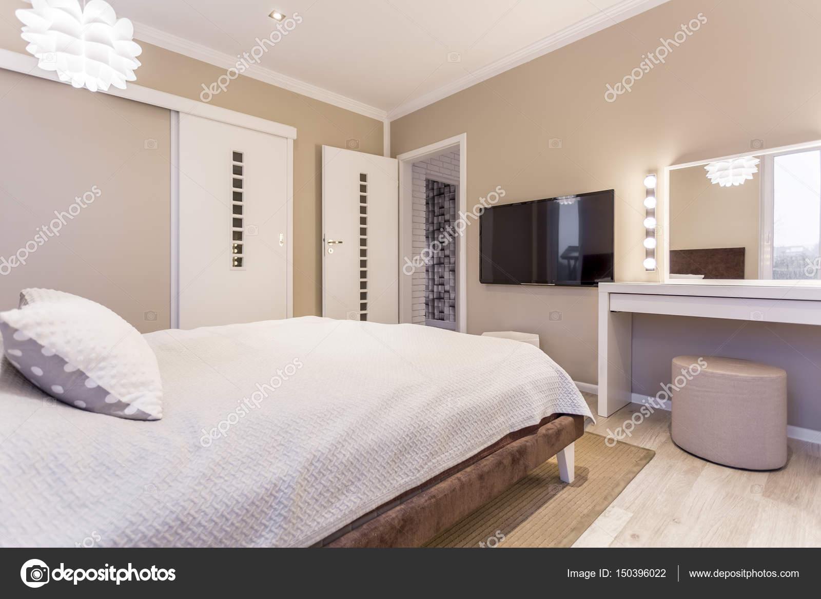 Accogliente camera da letto beige e bianco — Foto Stock ...