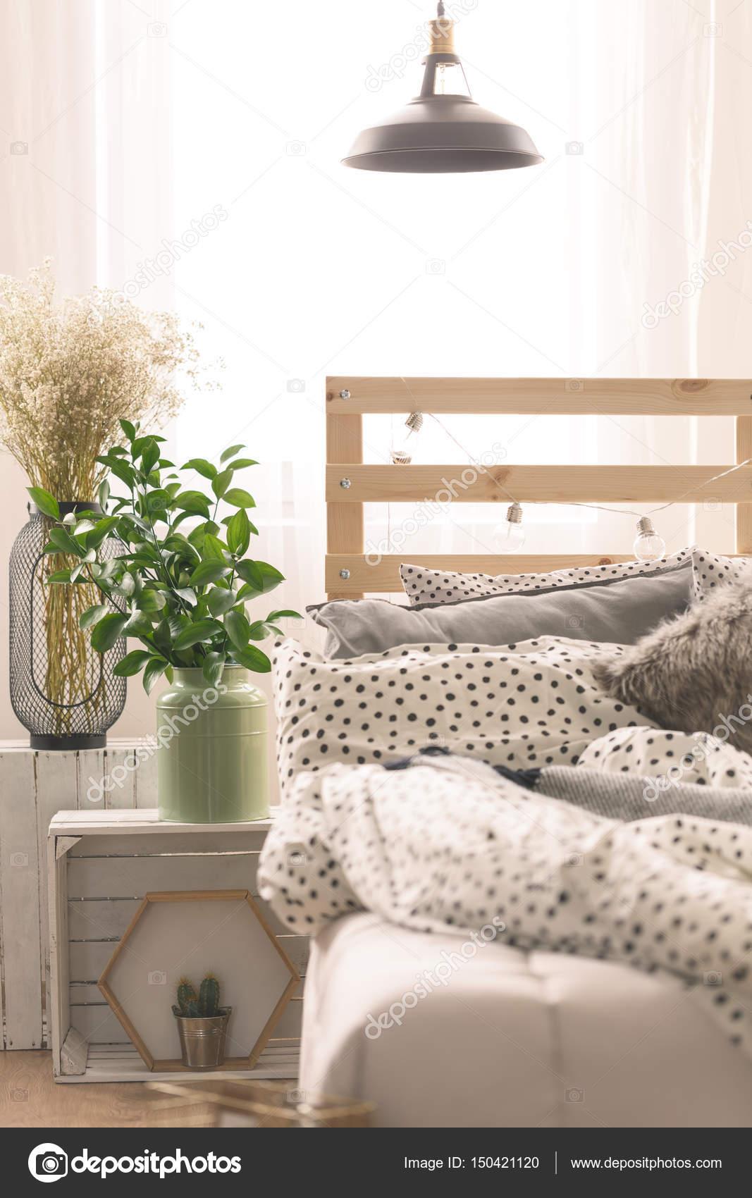 Bett und Pflanzen im Schlafzimmer — Stockfoto © photographee.eu ...