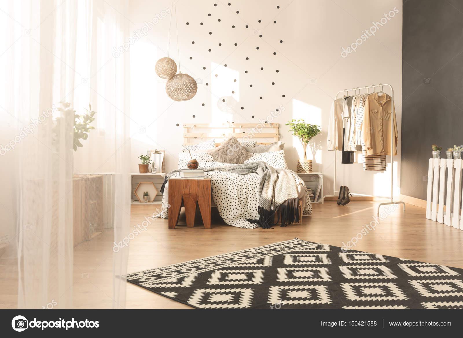 Slaapkamer Met Tapijt : Ruime slaapkamer met tapijt u stockfoto photographee eu