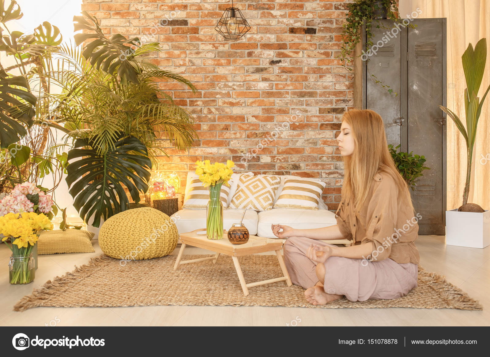 Meisje mediteren op kamer u stockfoto photographee eu