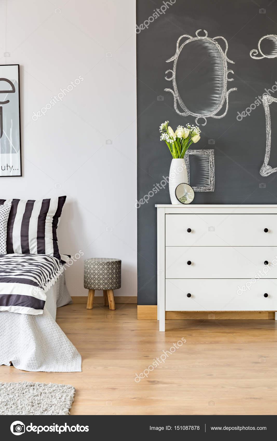 Camera da letto con parete lavagna — Foto Stock ...