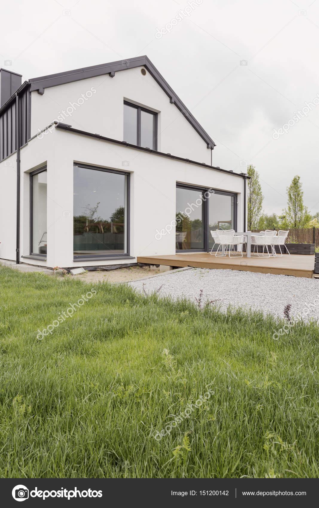 Casa moderna con facciata bianca foto stock for Casa moderna bianca