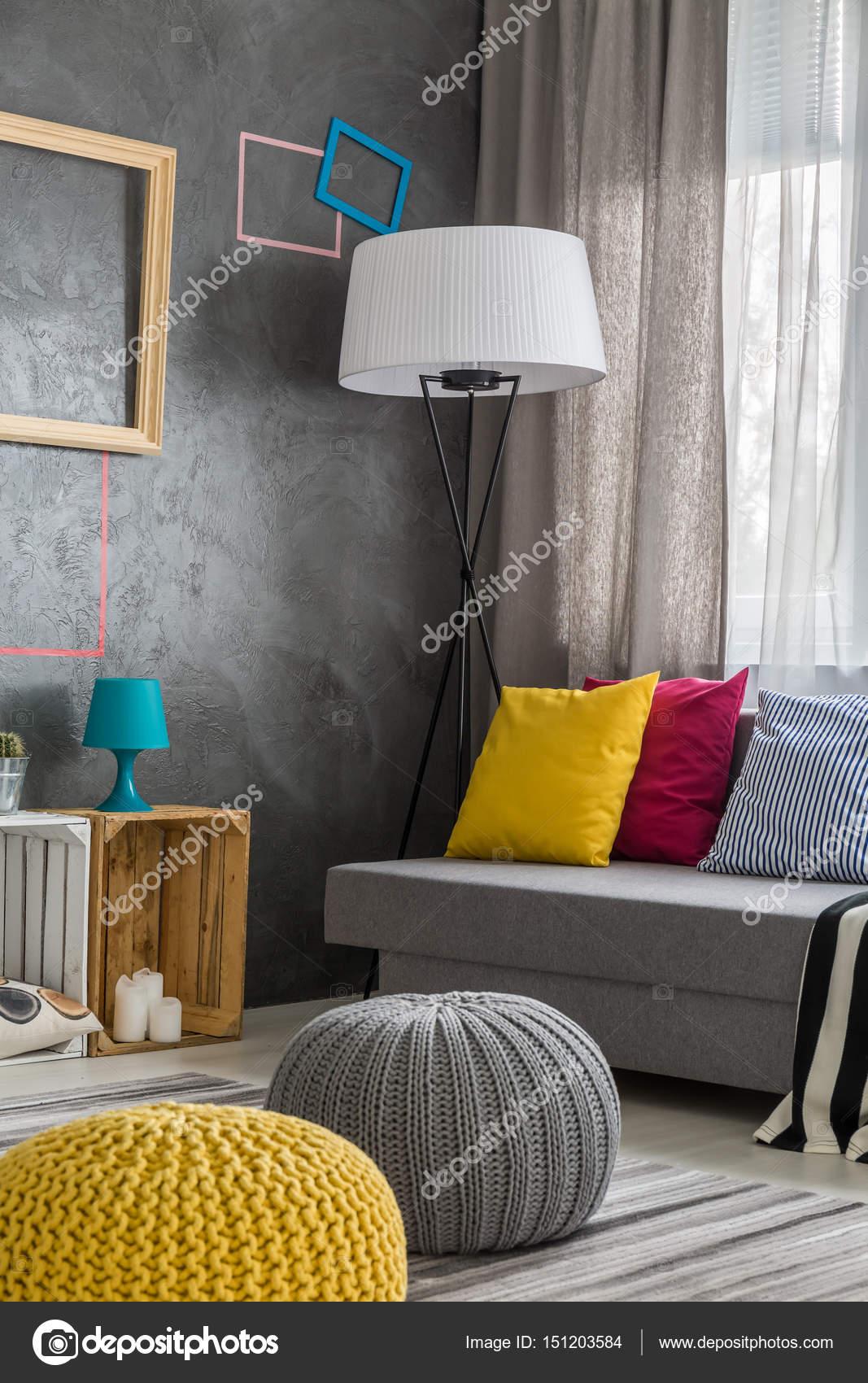 Zeitgenössische Wohnzimmer mit Hocker — Stockfoto © photographee.eu ...