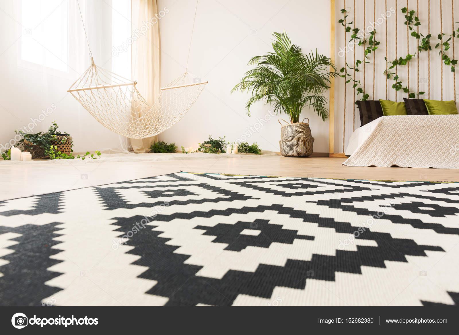 Schlafzimmer mit moderner Teppich — Stockfoto © photographee.eu ...