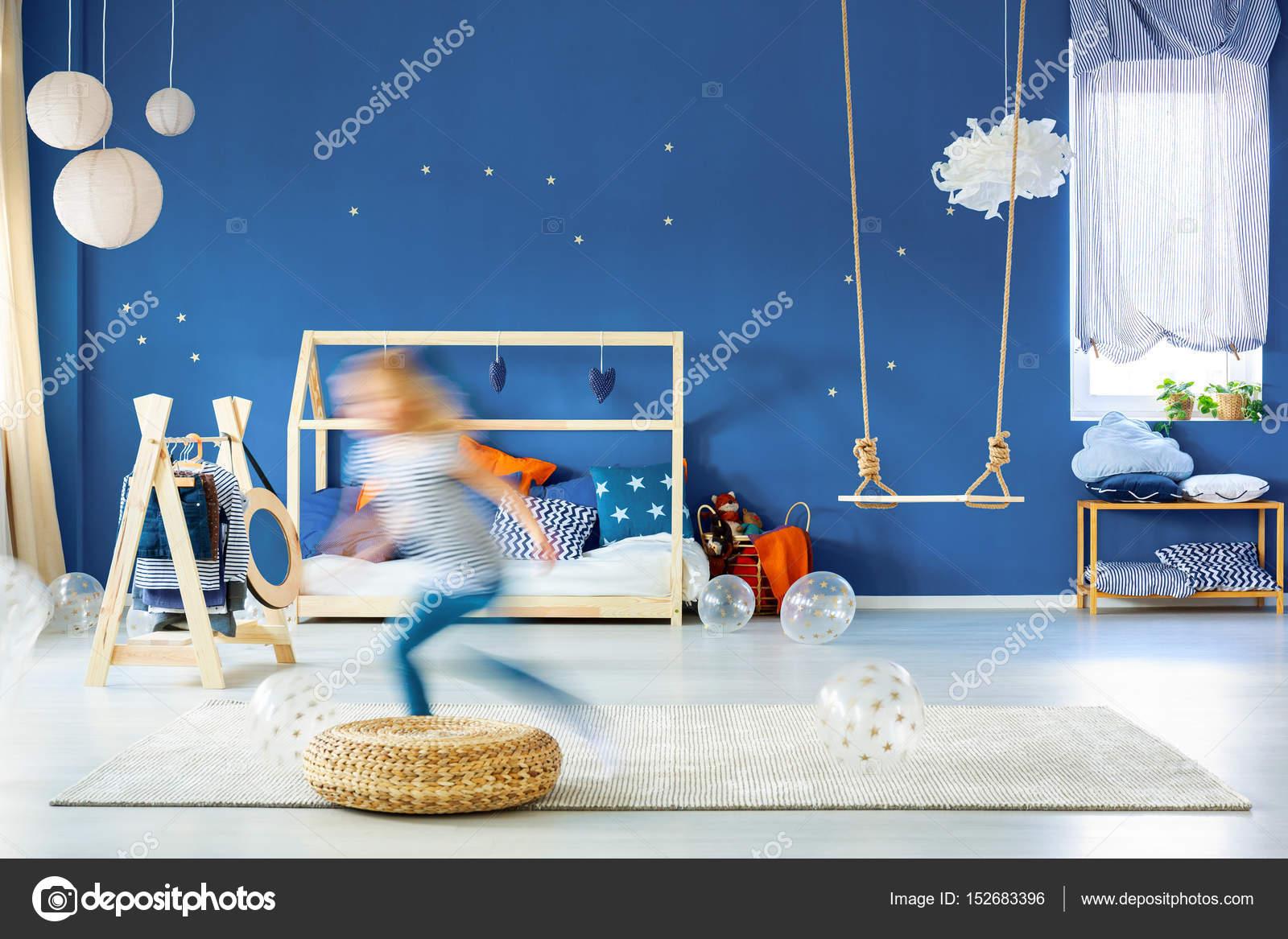Slaapkamer Blauwe Muur : De slaapkamer van het kind met blauwe muur u stockfoto