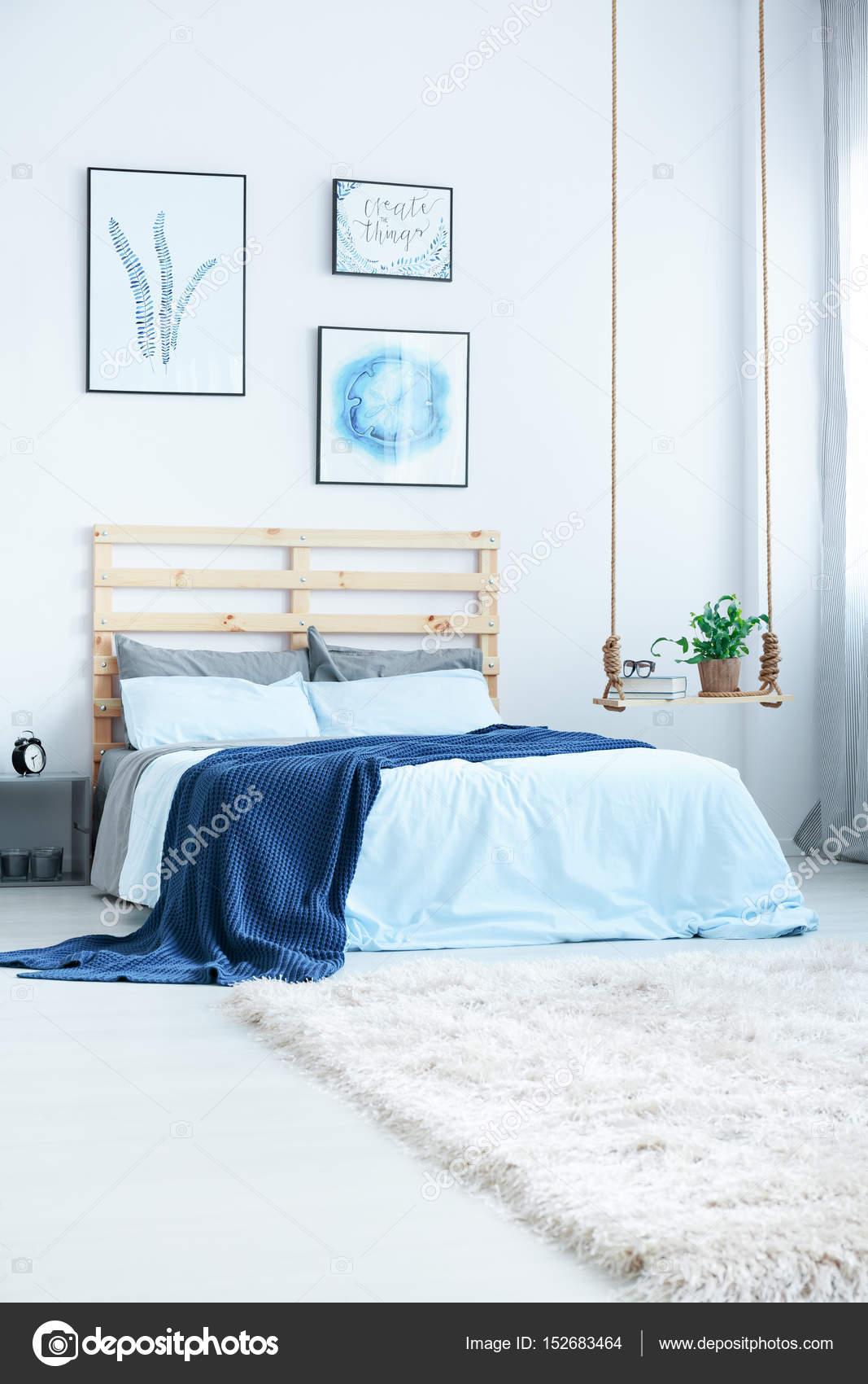 blauwe en witte slaapkamer — Stockfoto © photographee.eu #152683464