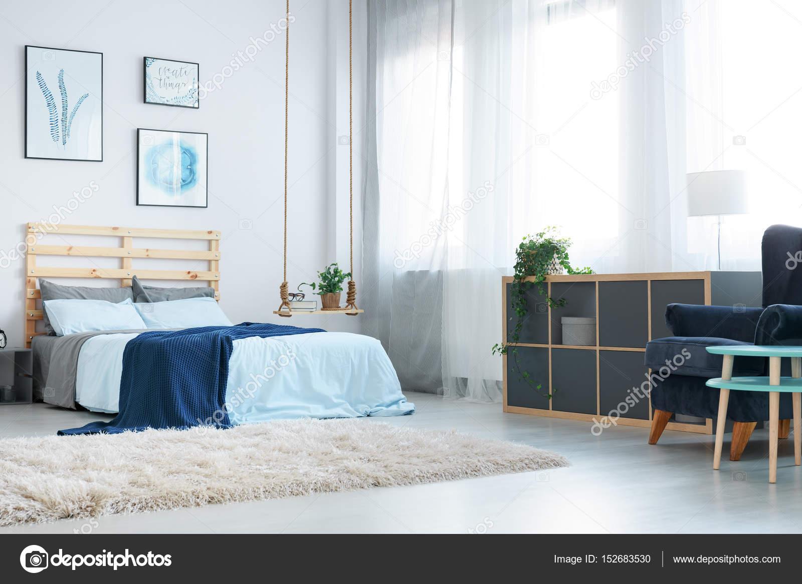 Schlafzimmer Mit Dekorativen Wand Poster Stockfoto C Photographee