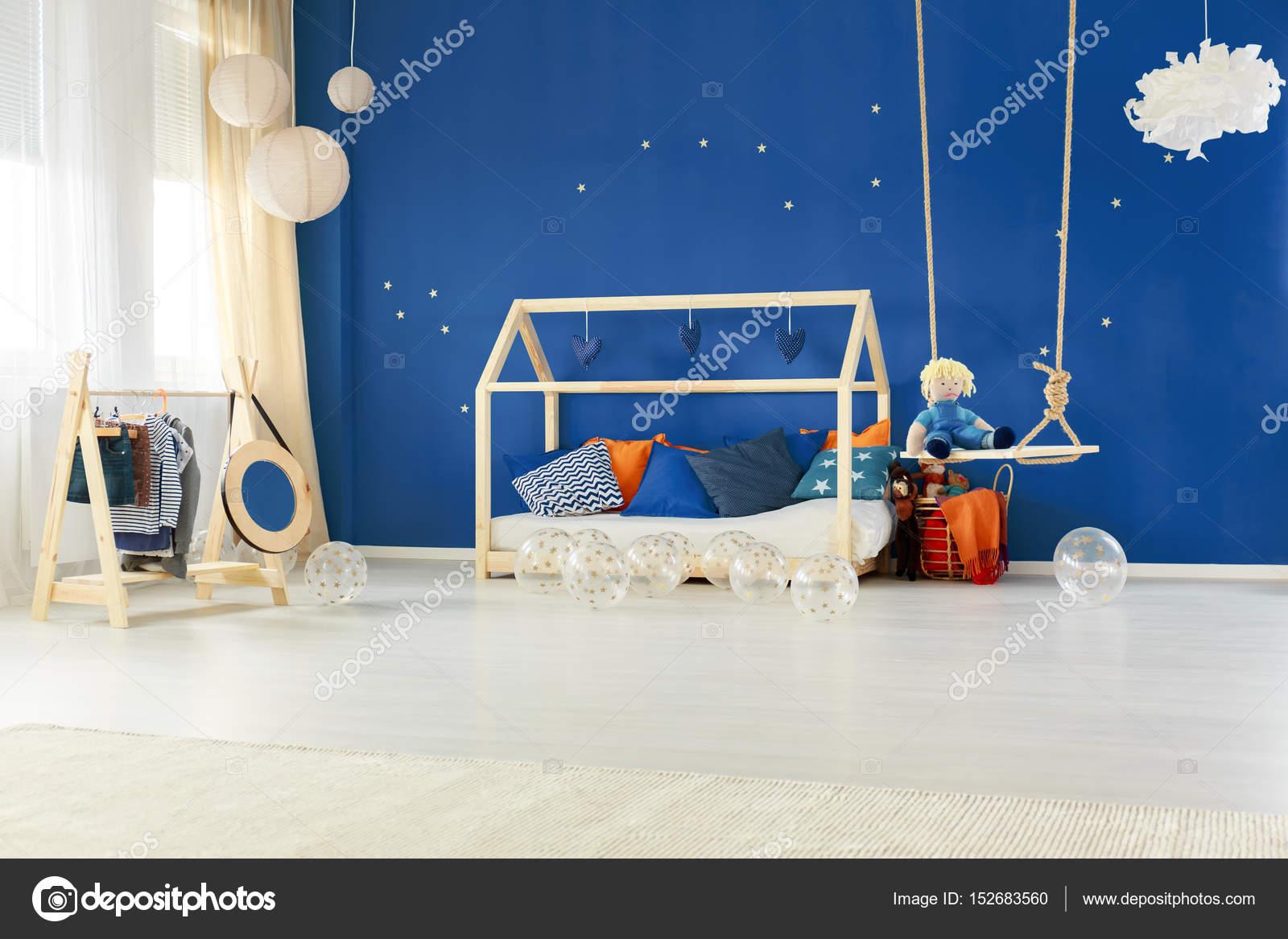 Schlafzimmer mit Bett DIY-Haus — Stockfoto © photographee.eu #152683560