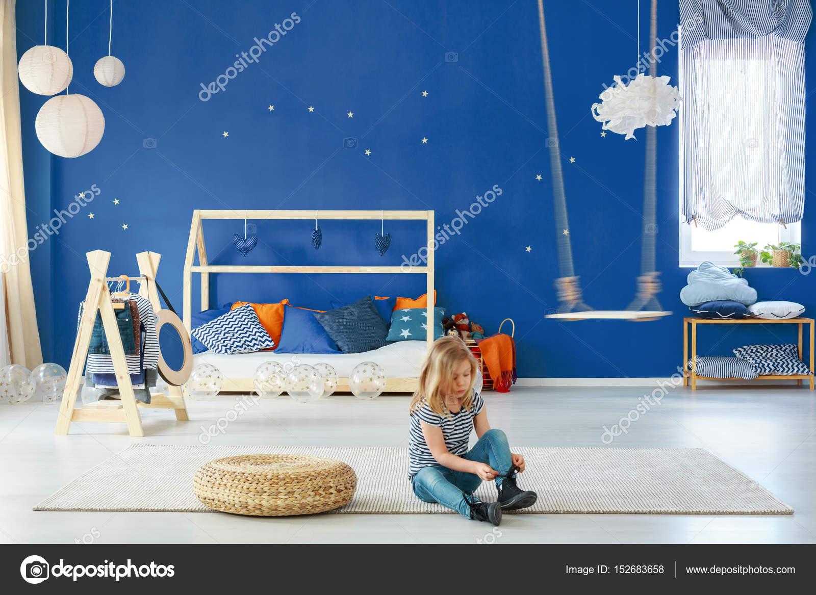 Camera da letto ragazza con parete blu — Foto Stock ...