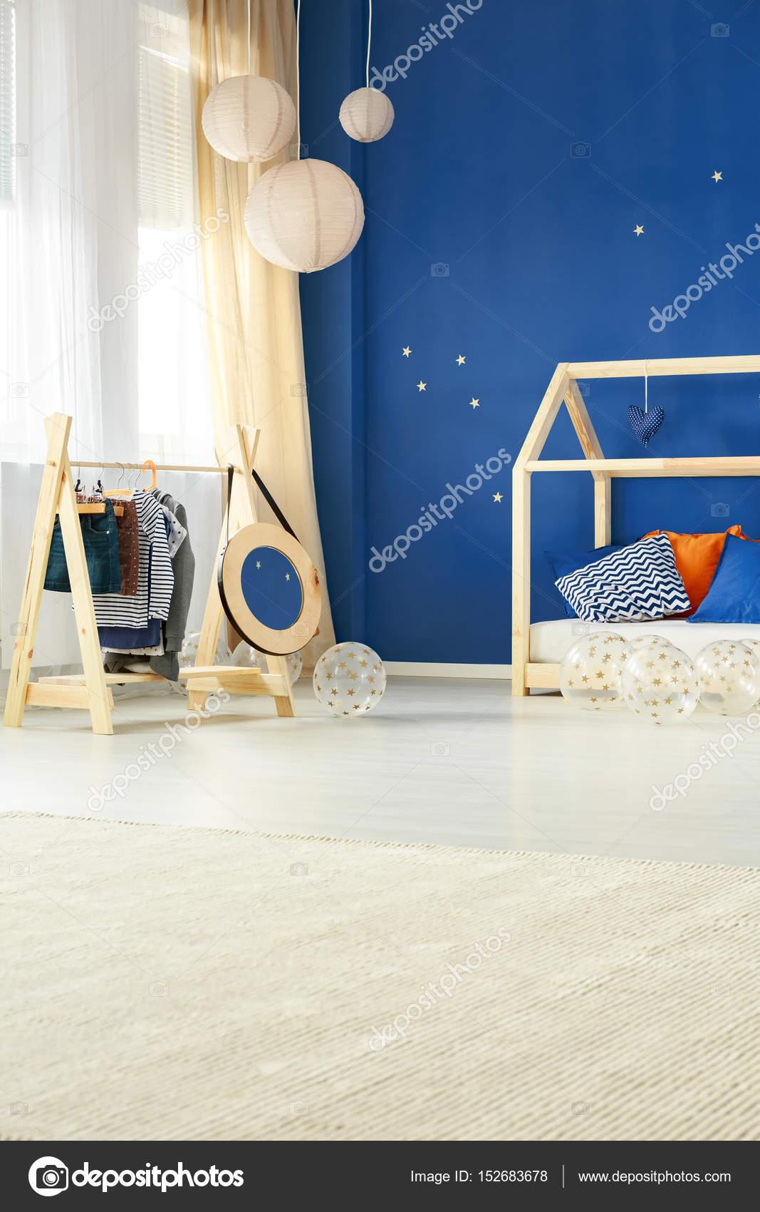 Chambre Enfant Style Créatif Avec Portemanteau En Bois Et Lit U2014 Image De ...