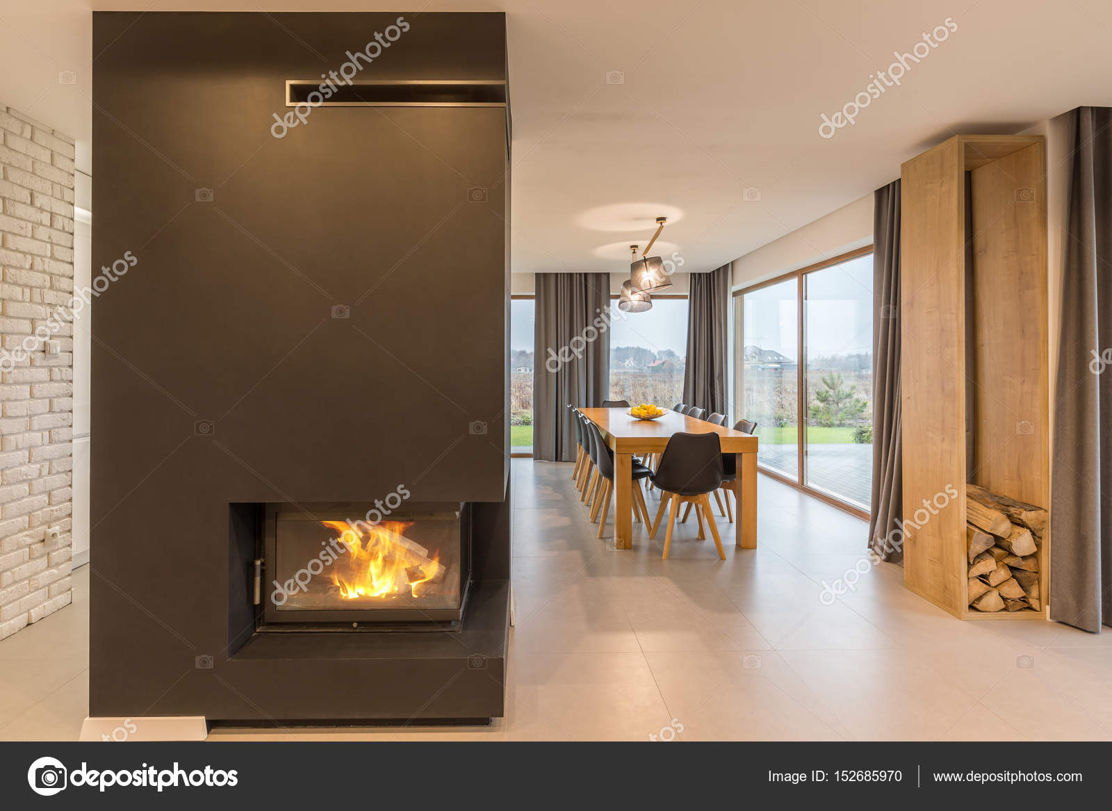 Tafel Met Haard : Open haard en een tafel in huis u2014 stockfoto © photographee.eu #152685970