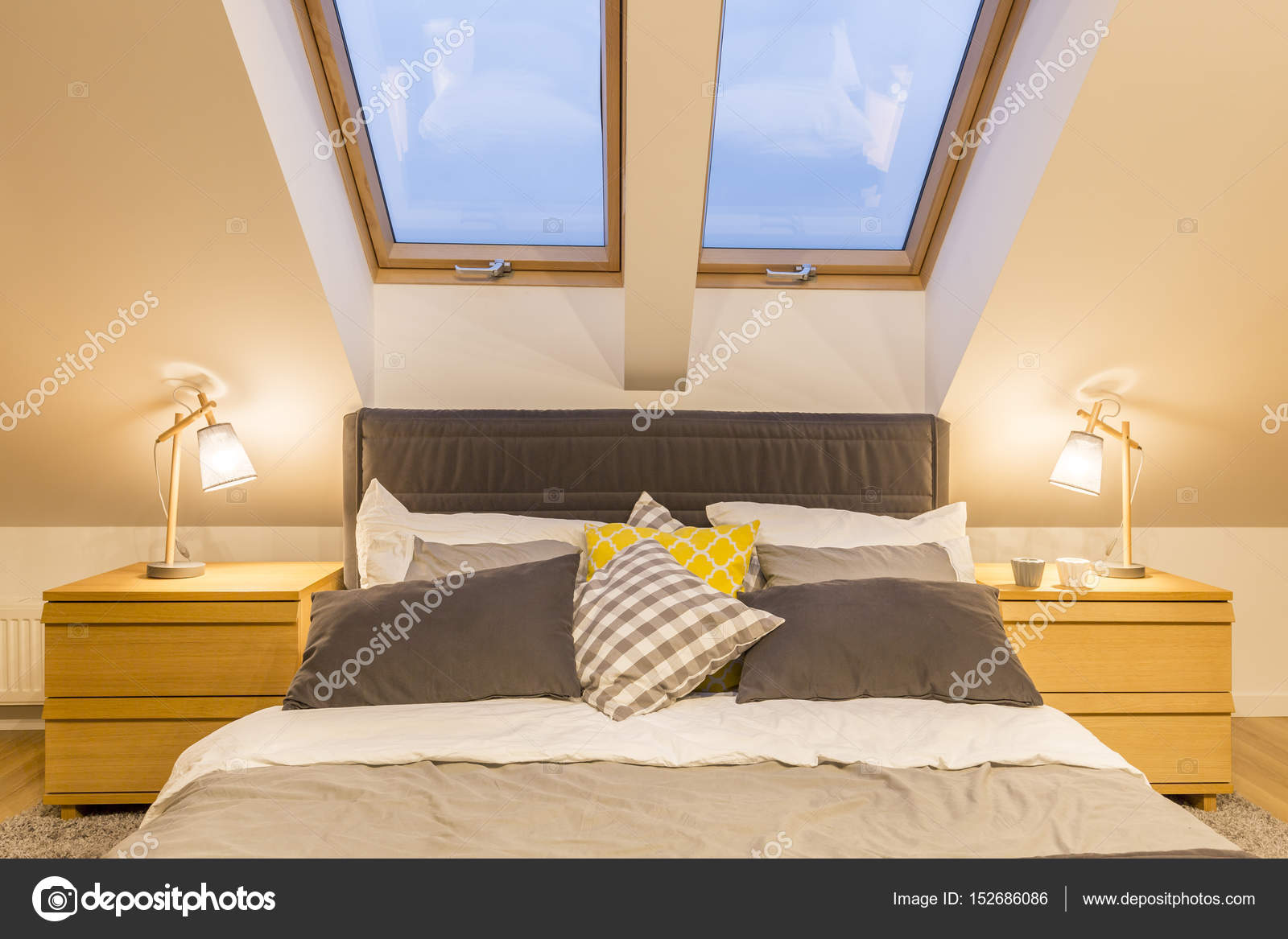 Doppelbett im Dachgeschoss — Stockfoto © photographee.eu #152686086
