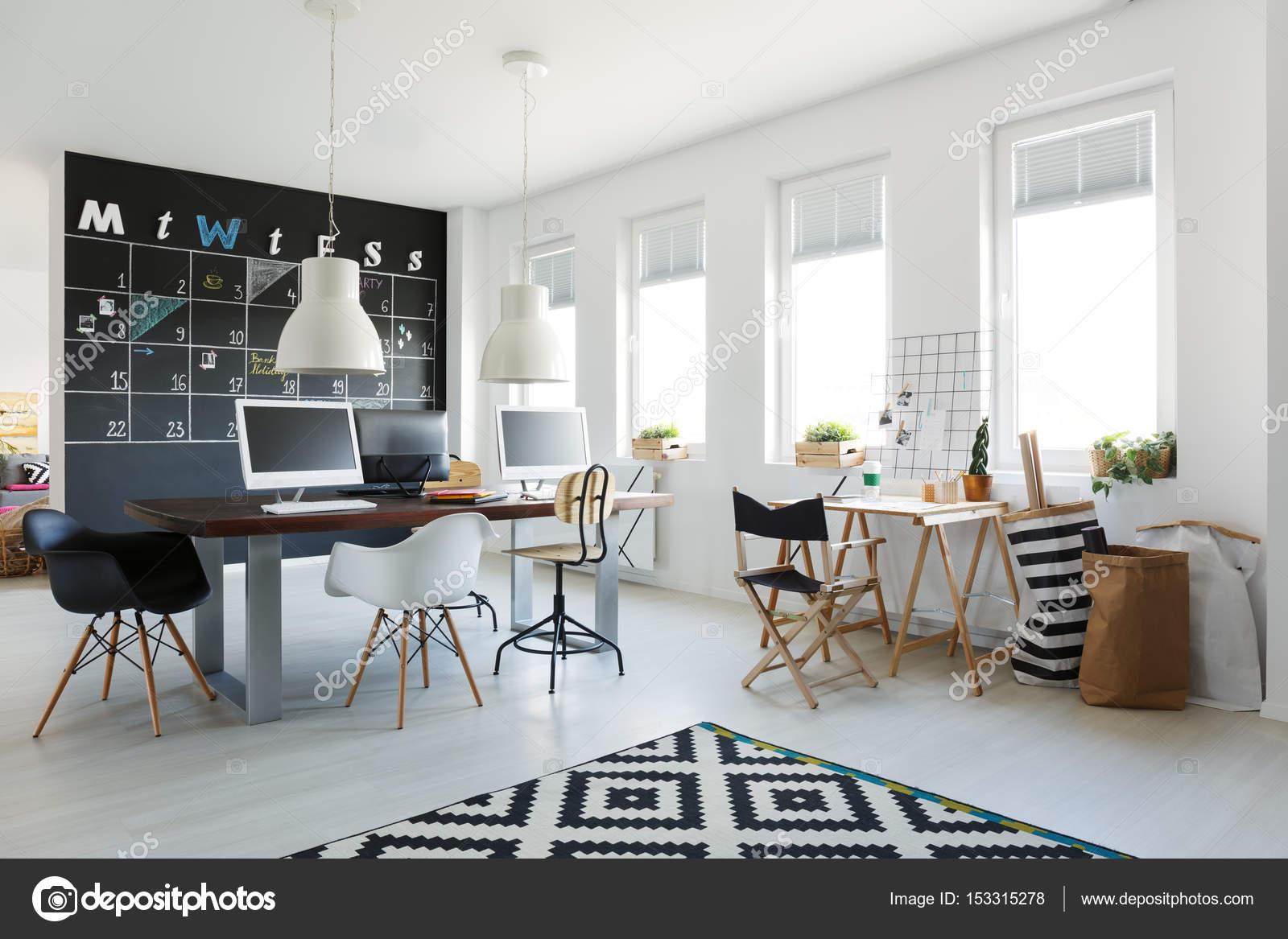 Espace de travail simple avec bureau long u photographie