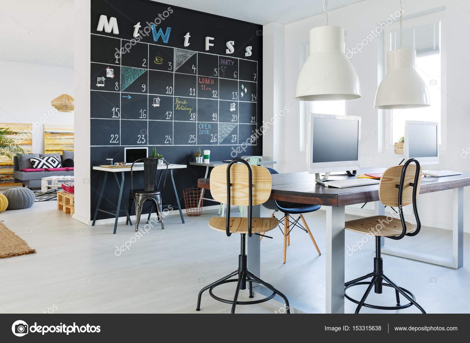 Pareti Di Lavagna : Aprire area di lavoro con parete di lavagna u foto stock