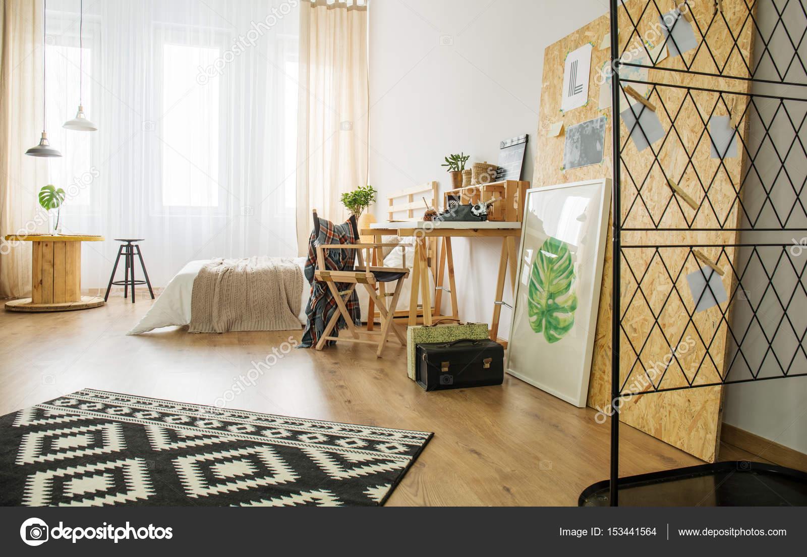 Houten Accessoires Slaapkamer : Ruime slaapkamer met accessoires u stockfoto photographee eu