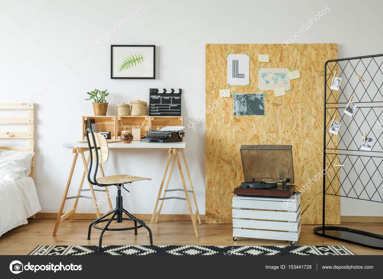 Zimmer mit Schreibtisch und osb board — Stockfoto © photographee.eu ...