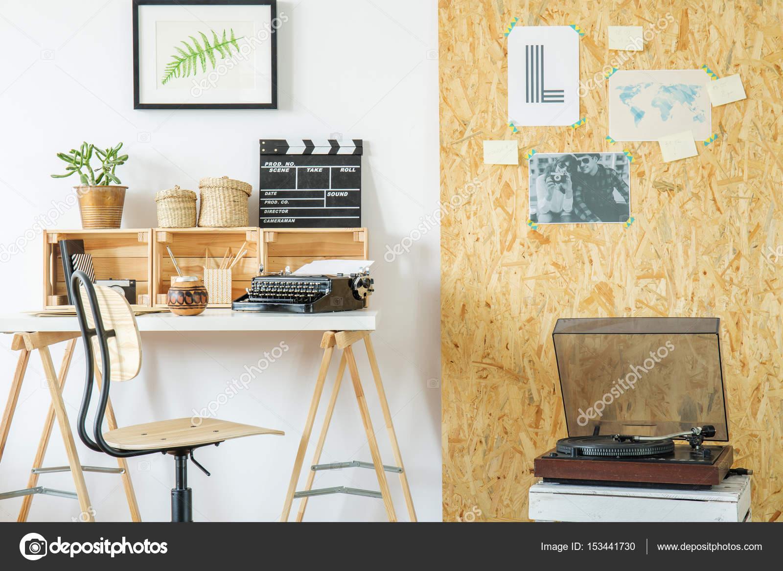 Zimmer mit Schreibtisch und Plattenspieler — Stockfoto ...