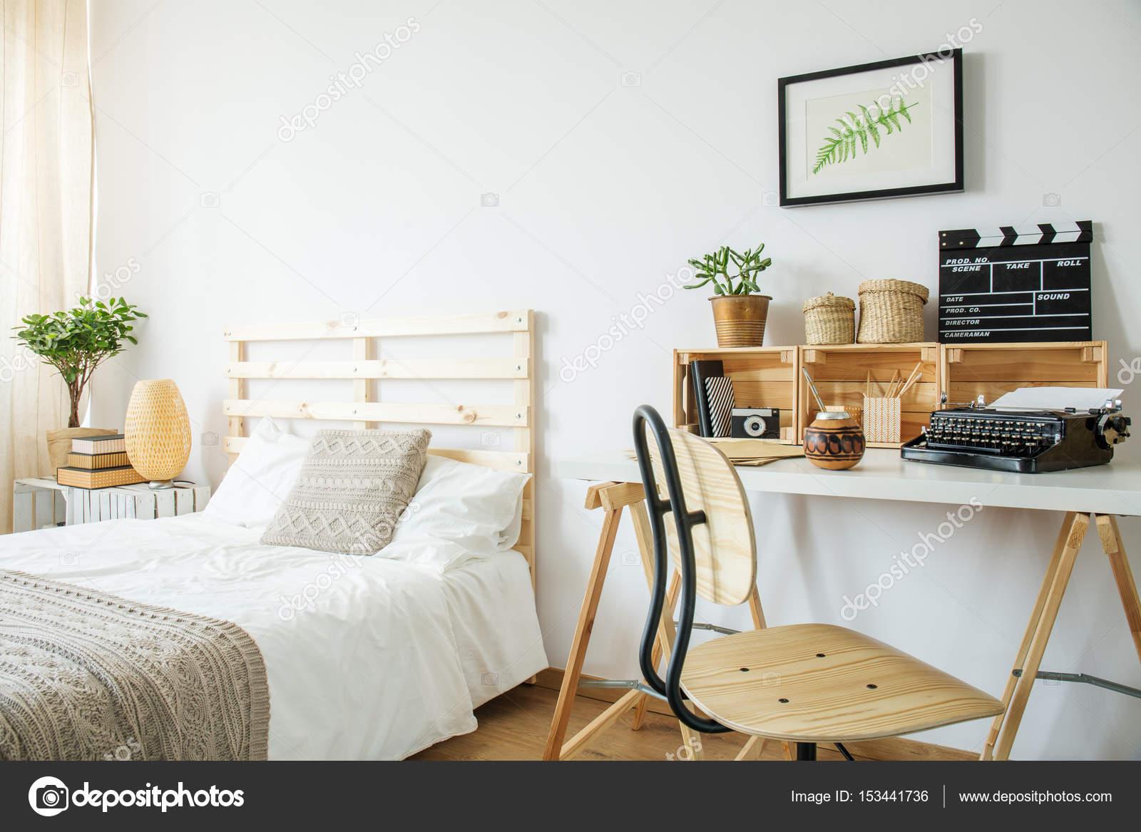 Lit et bureau dans la chambre u photographie photographee eu