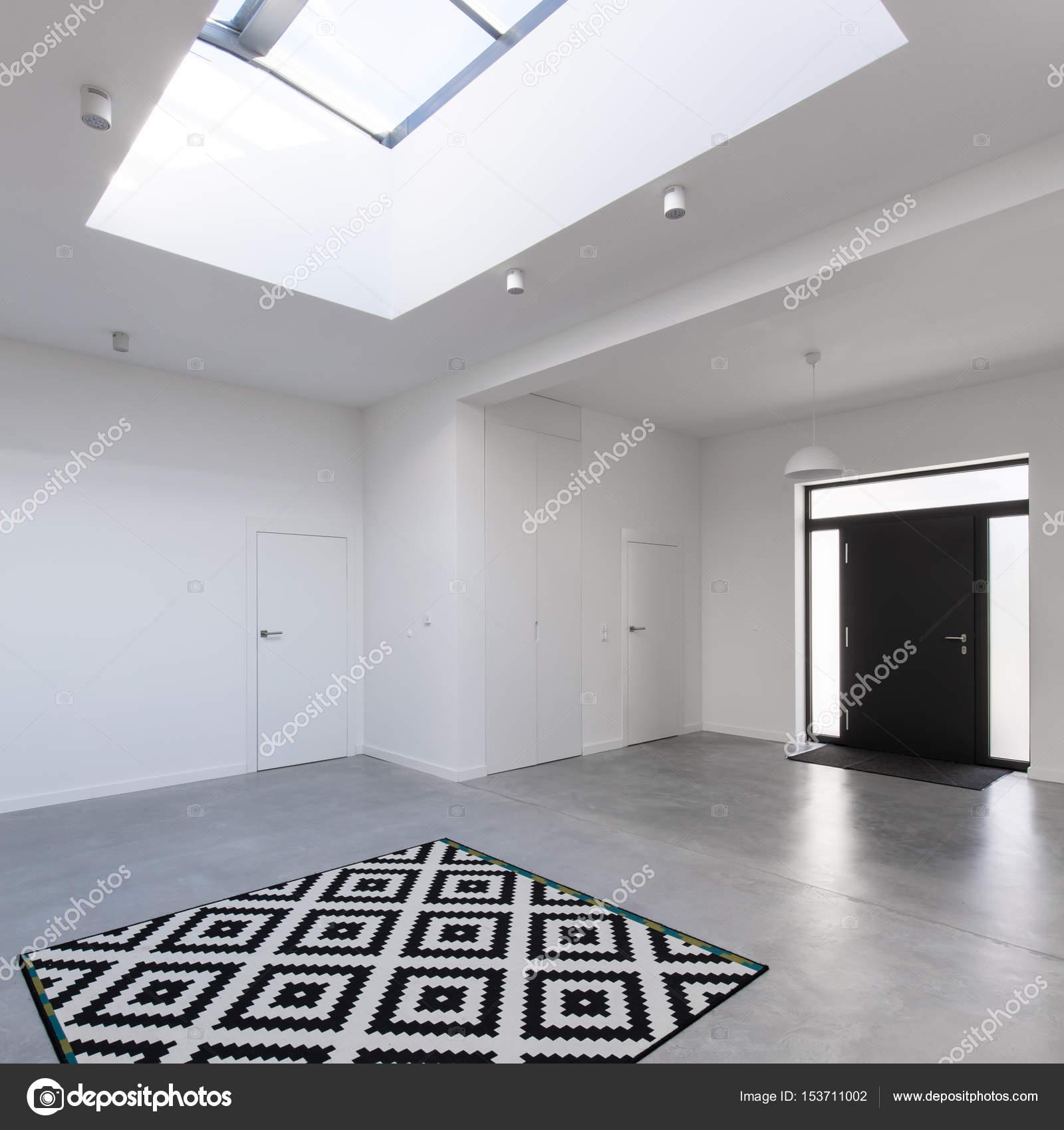 Hall d\'entrée contemporaine avec puits de lumière — Photographie ...