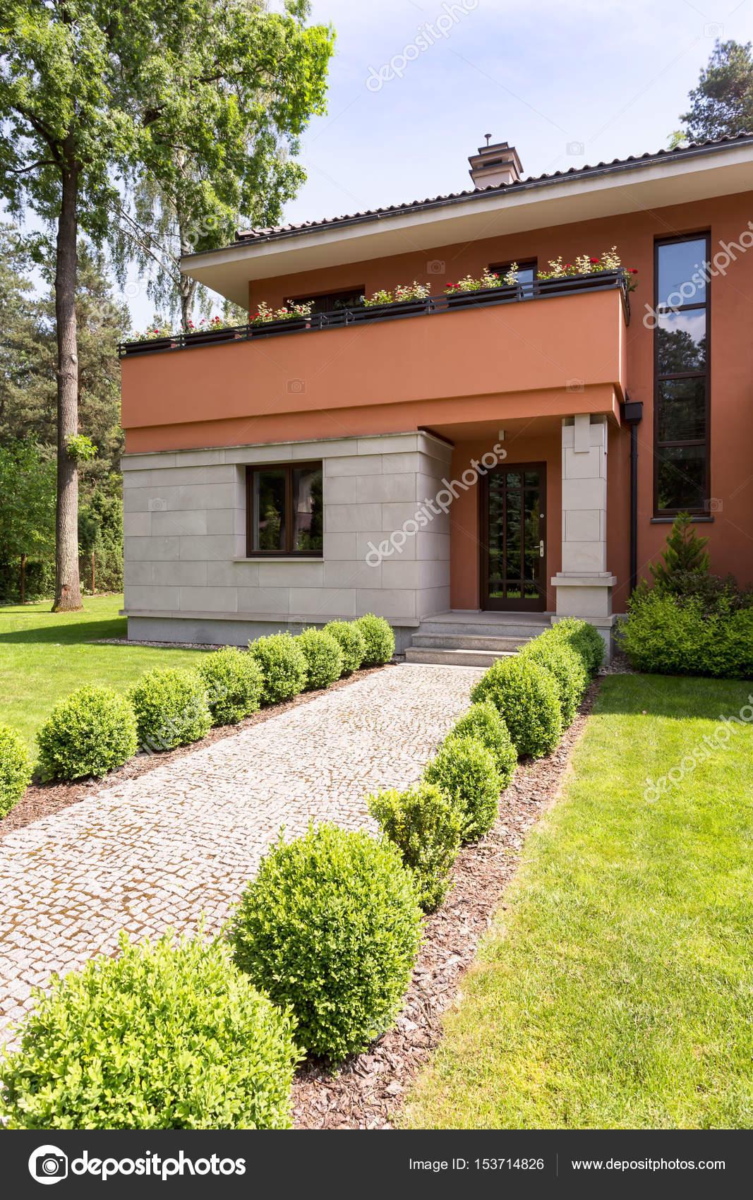 Modernes Haus außen mit Weg — Stockfoto © photographee.eu #153714826